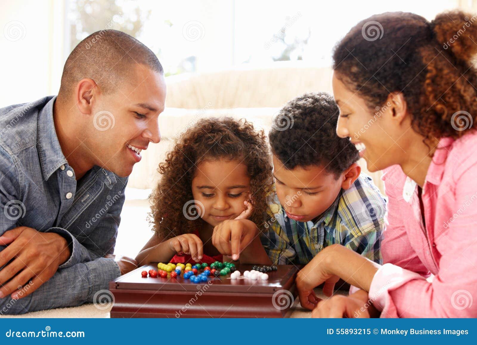 Familj för blandat lopp som spelar patiensen