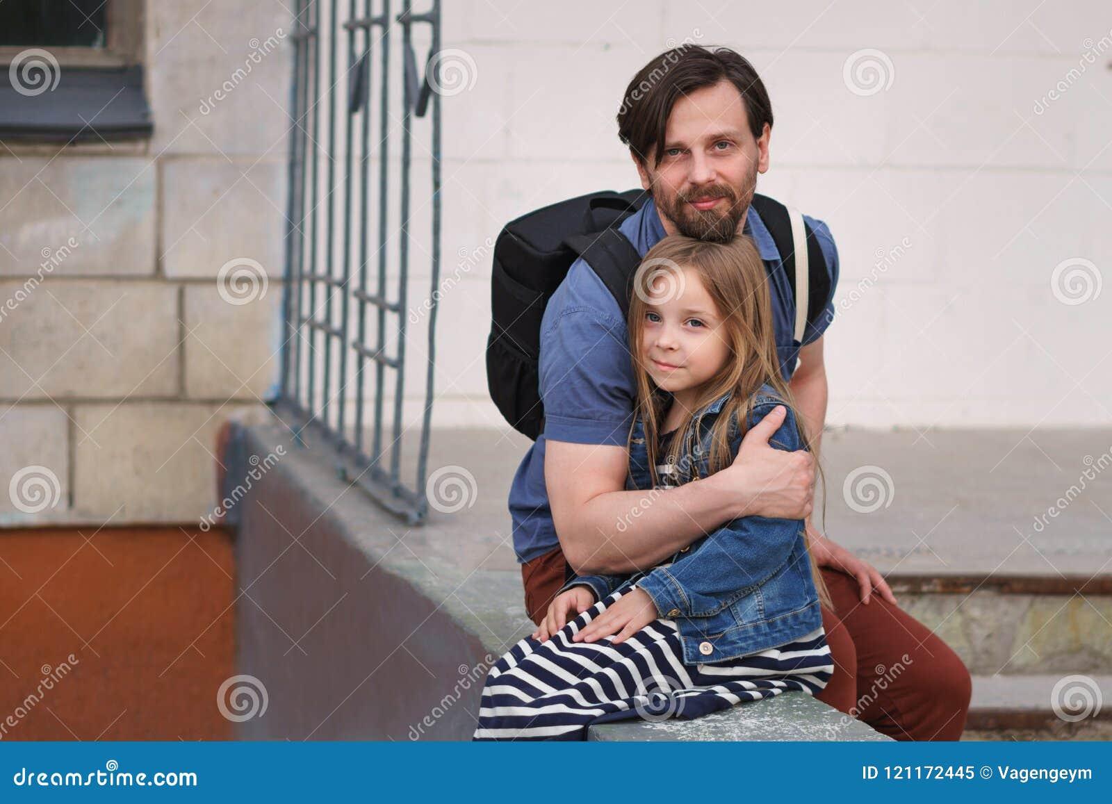 Familj Fader och dotter kram