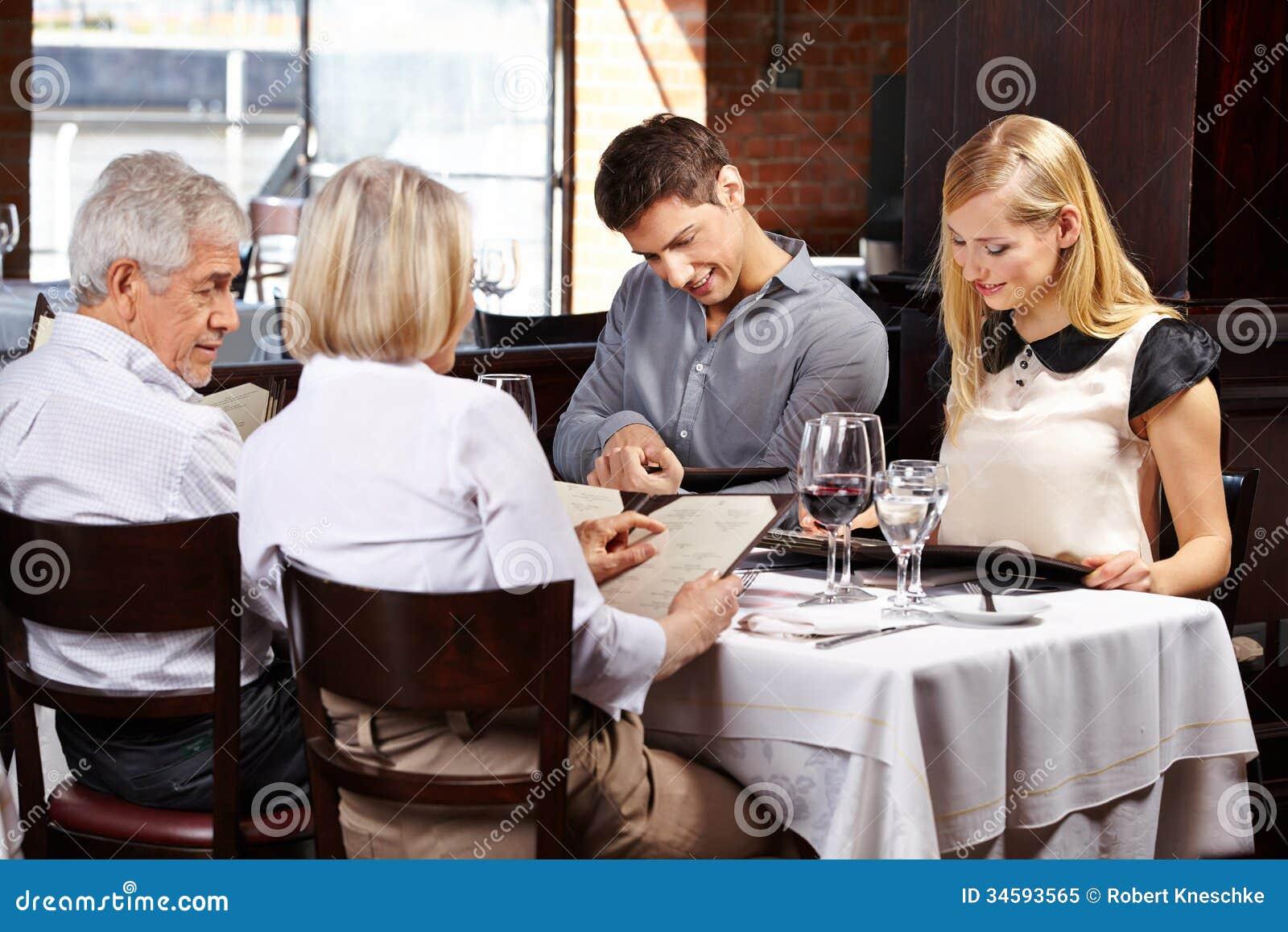 Familj I Läs Meny För Restaurang Fotografering För Bildbyråer