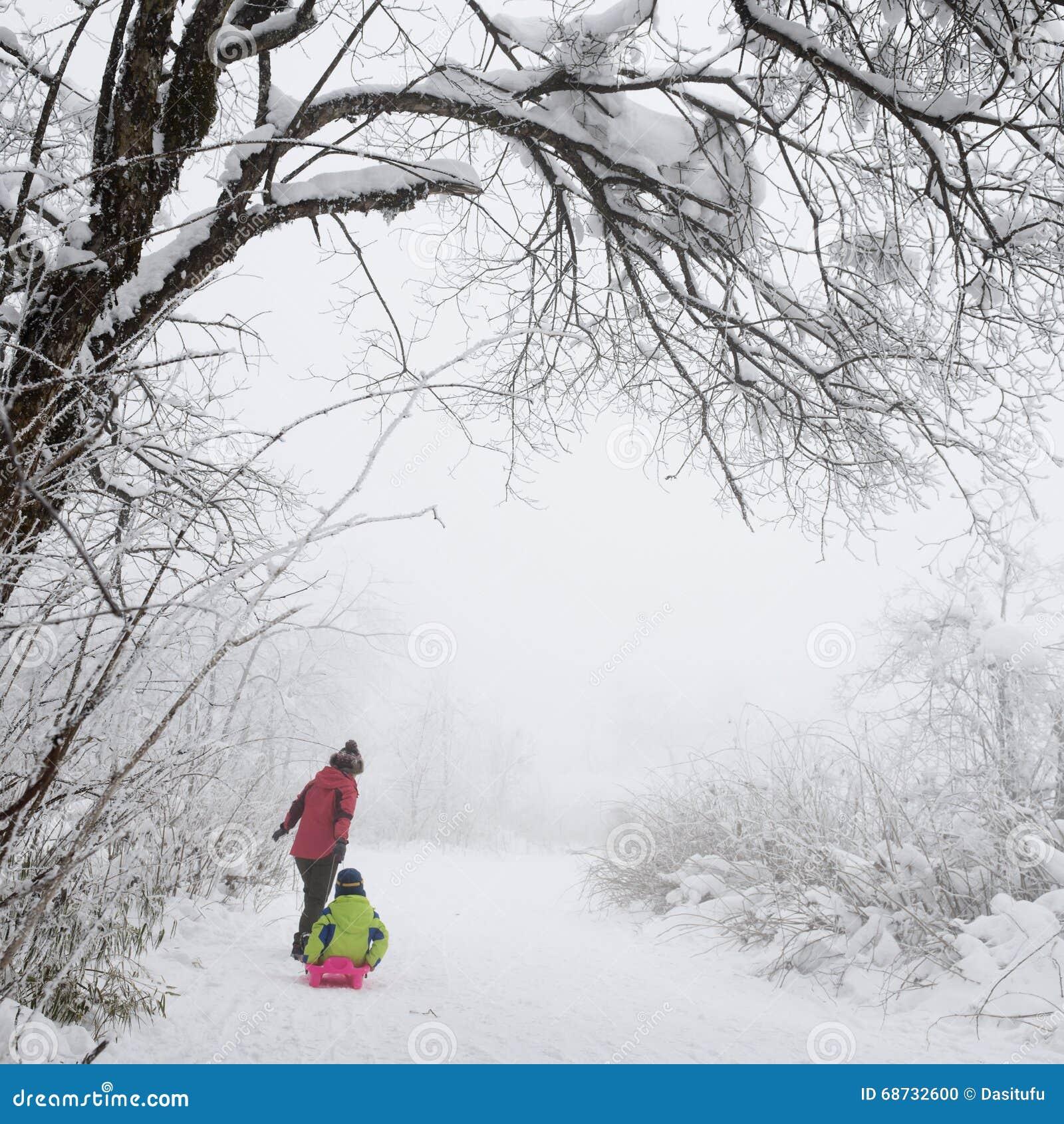 Familj i snöfält
