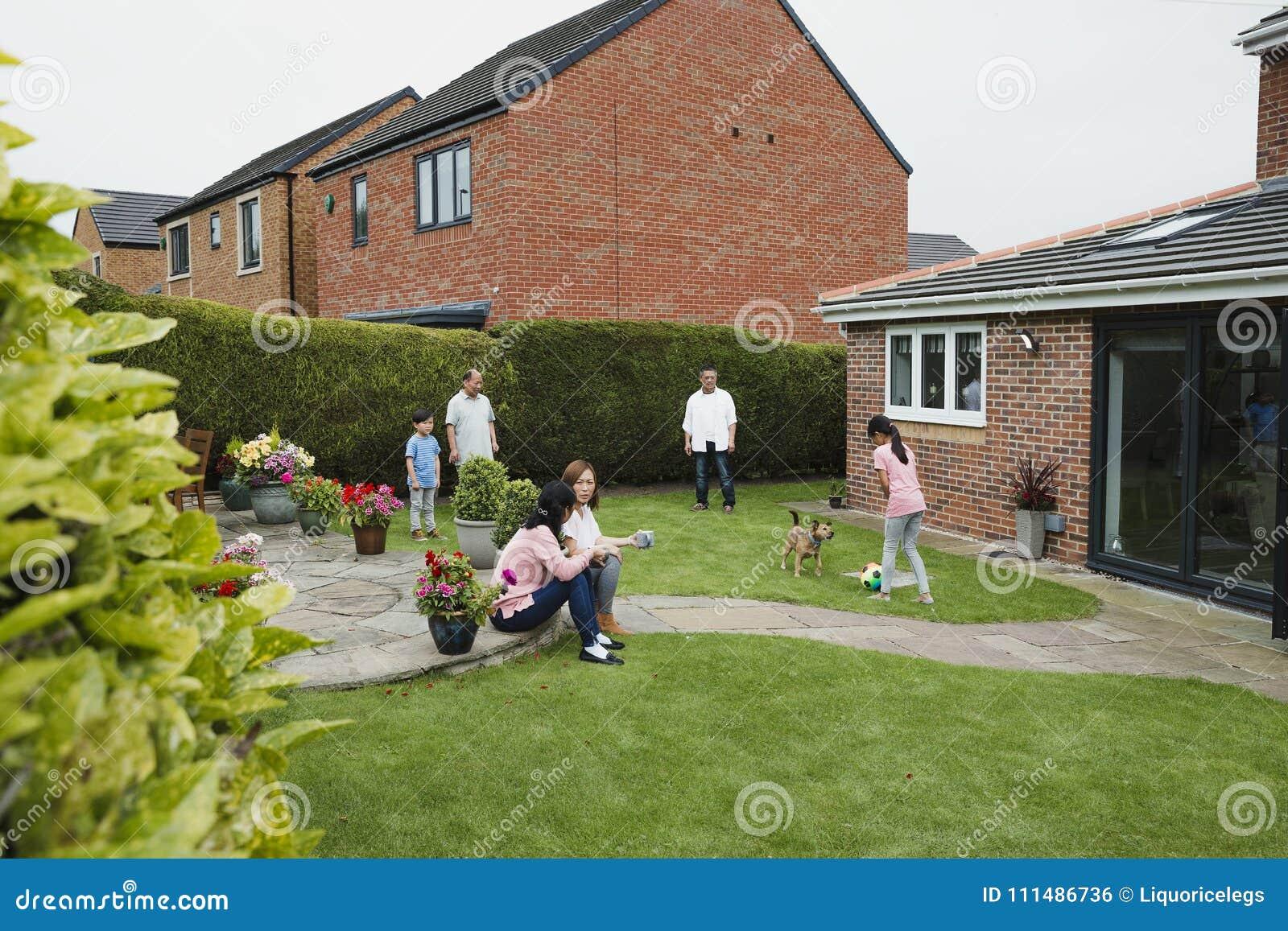 Familj i trädgården i sommar