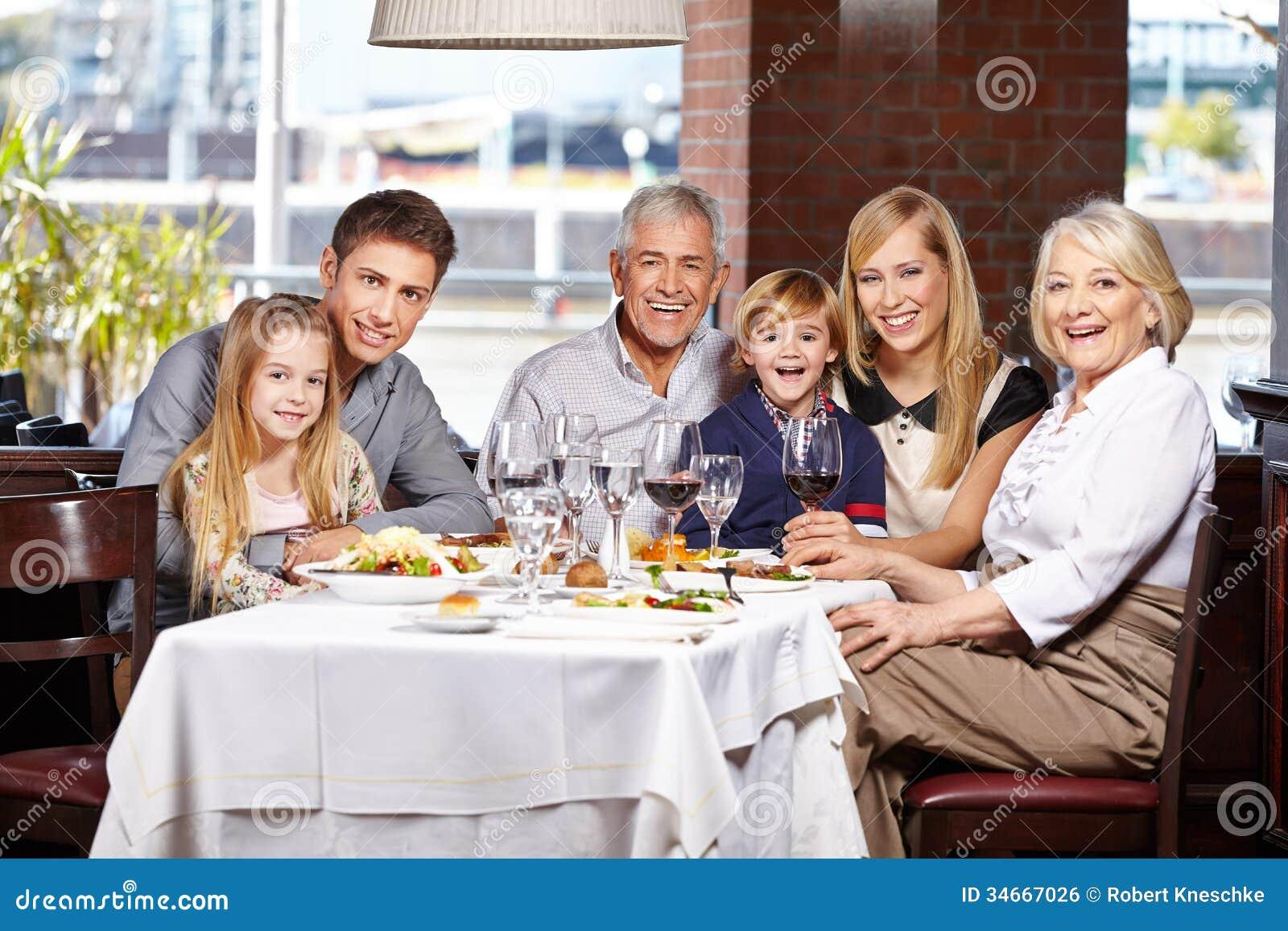Familj med barn och pensionärer