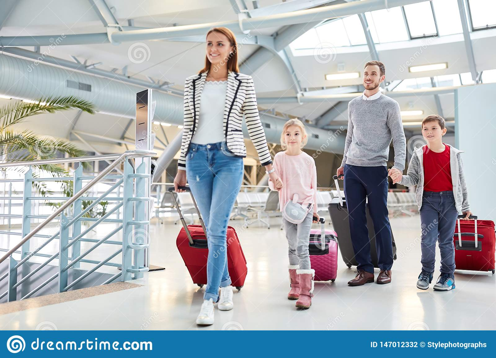 Familj med barn på ankomst på flygplatsen