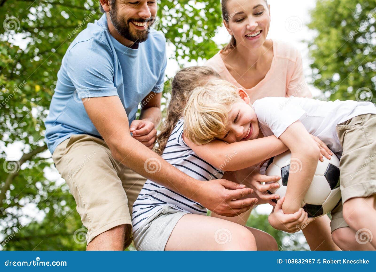Familj med fotbollbollen