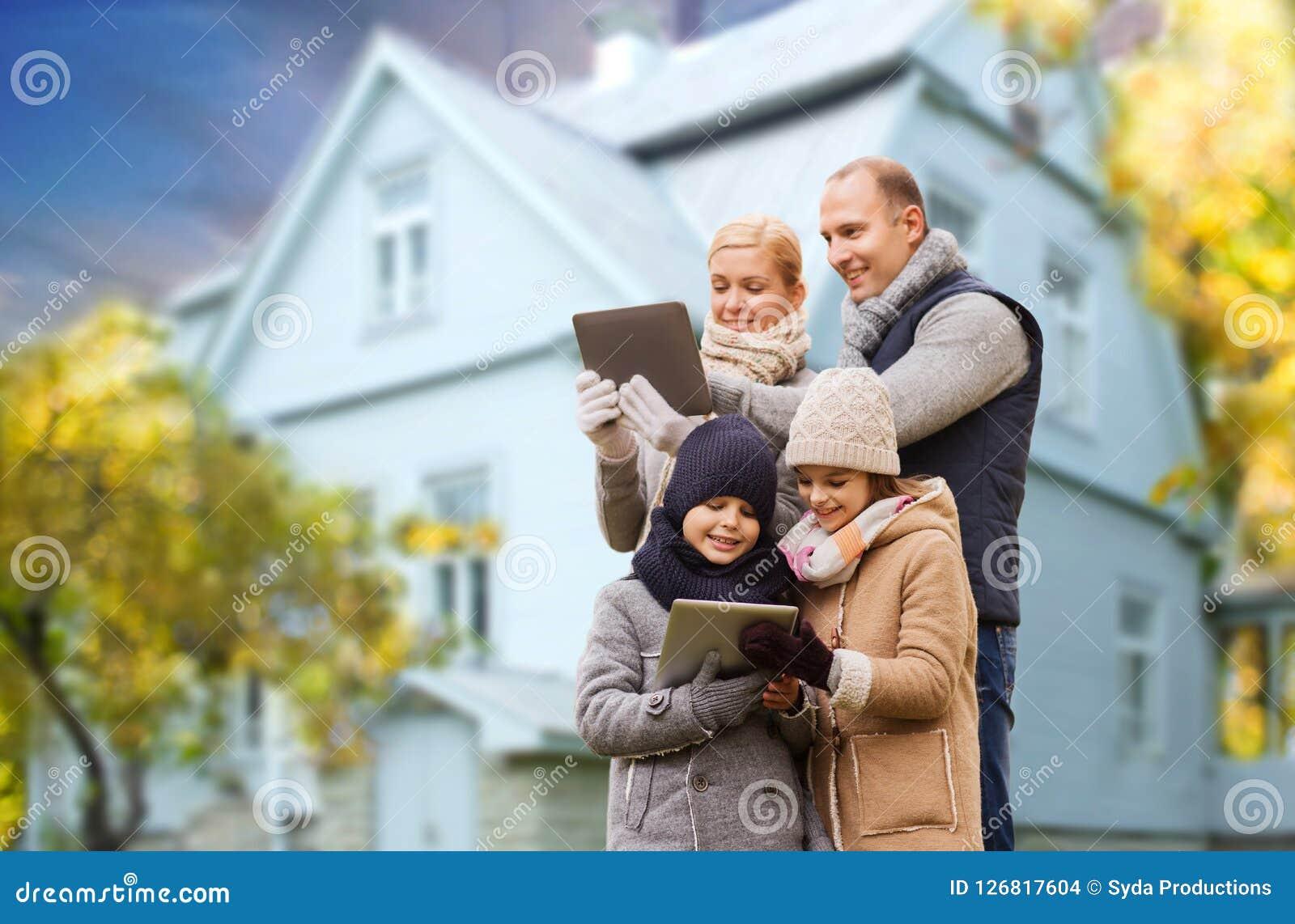 Familj med minnestavlaPC över uppehällehus i höst