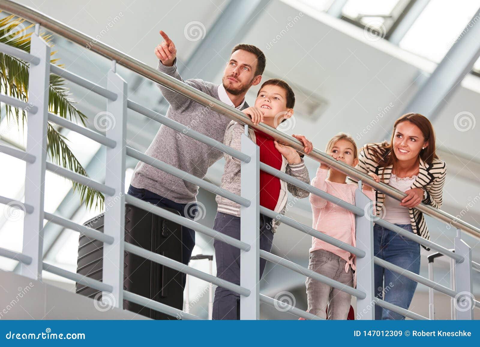 Familj med två barn i flygplatsterminalen
