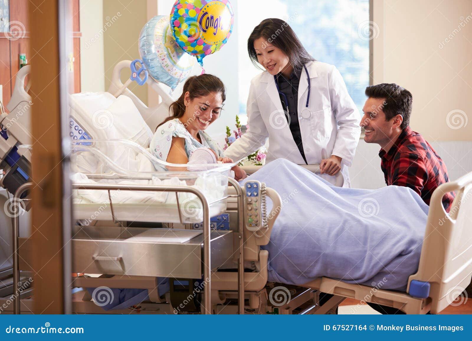 Familj och stolpe Natal Department för doktor With Baby In