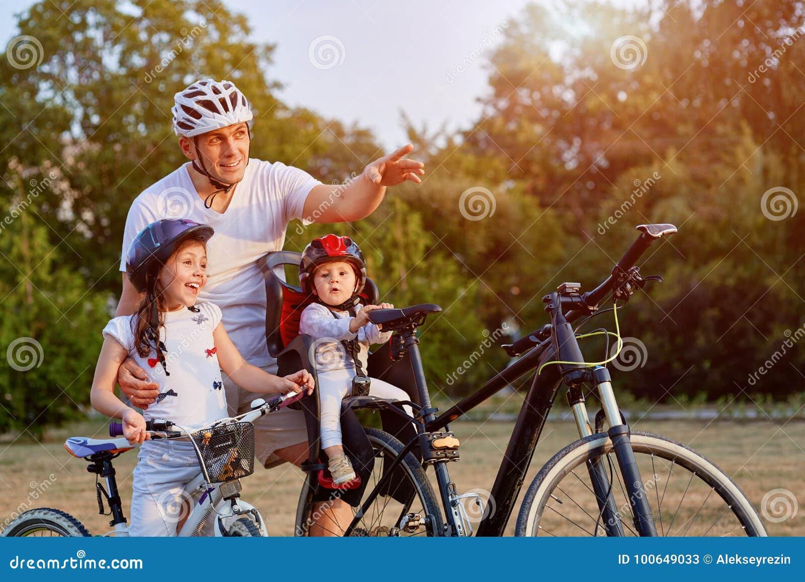 Familj på cirkuleringsritt i bygd