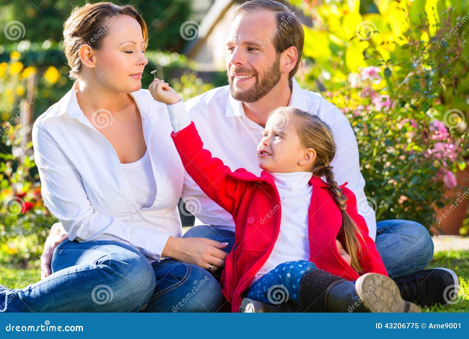 Download Familj På Den Trädgårds- Gräsmattan Fotografering för Bildbyråer - Bild av barndom, dotter: 43206775