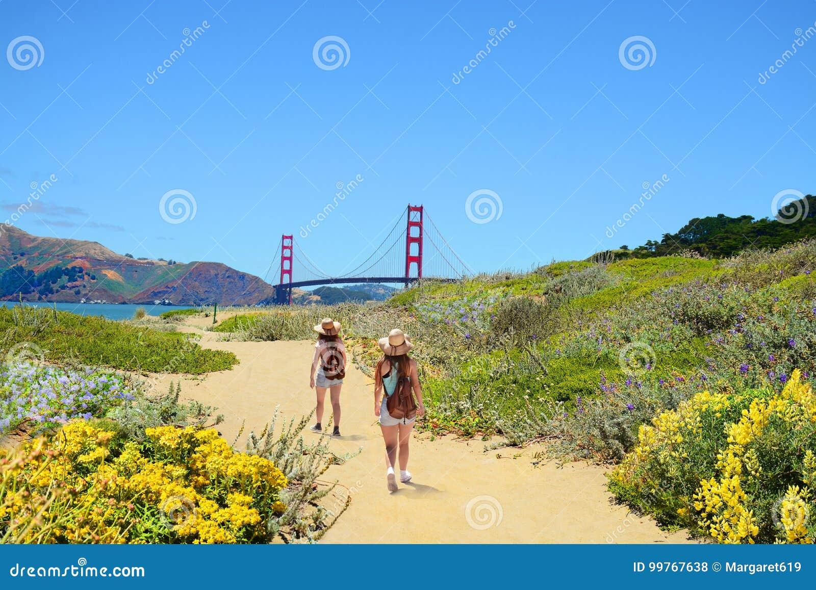 Familj på en fotvandra tur som tycker om härligt kust- landskap