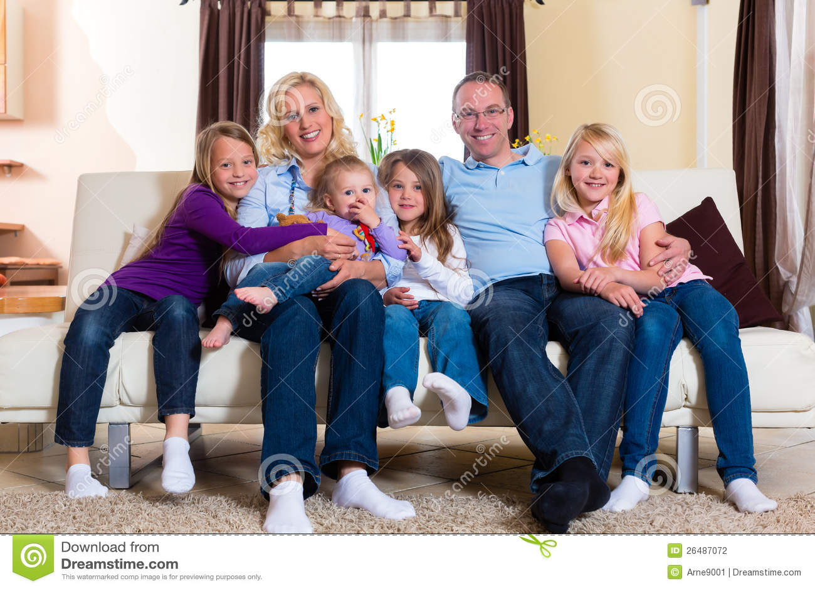 Familj på en soffa