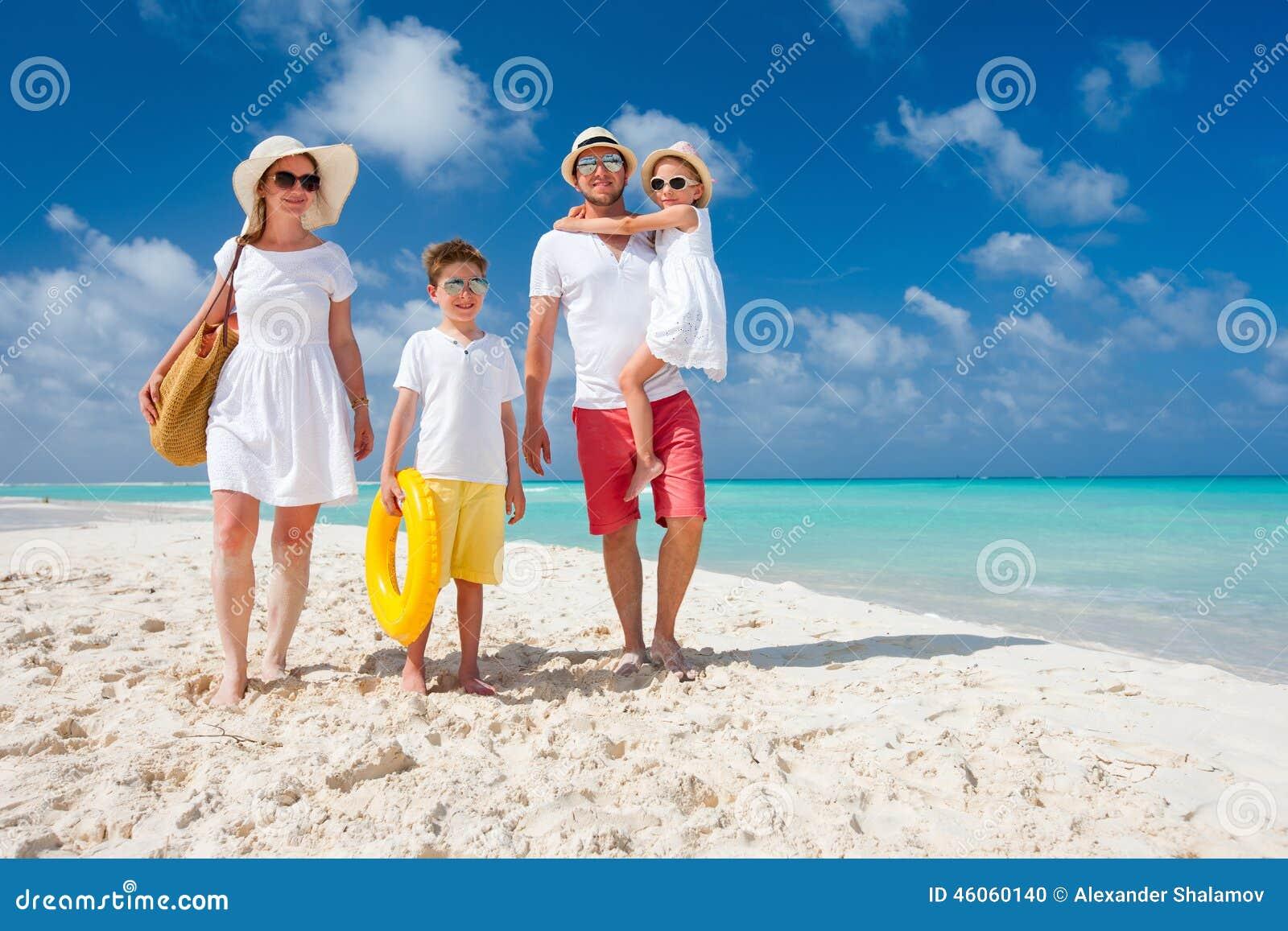 Familj på en tropisk strandsemester