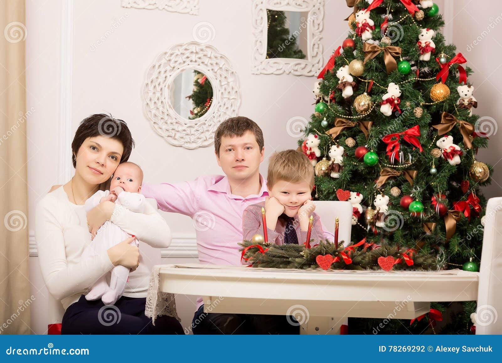 Familj på ferietabellen Träd nytt år