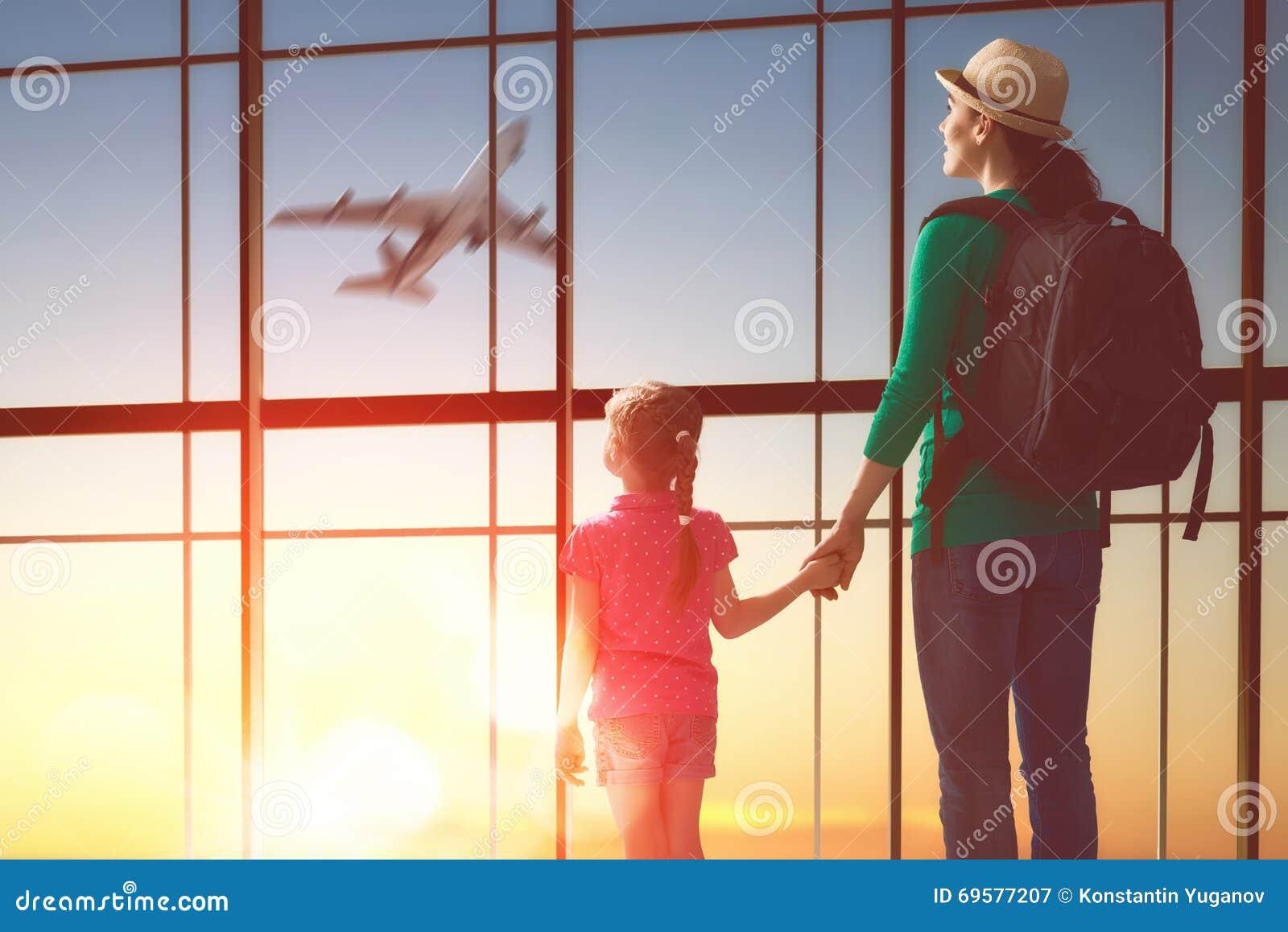 Familj på flygplatsen