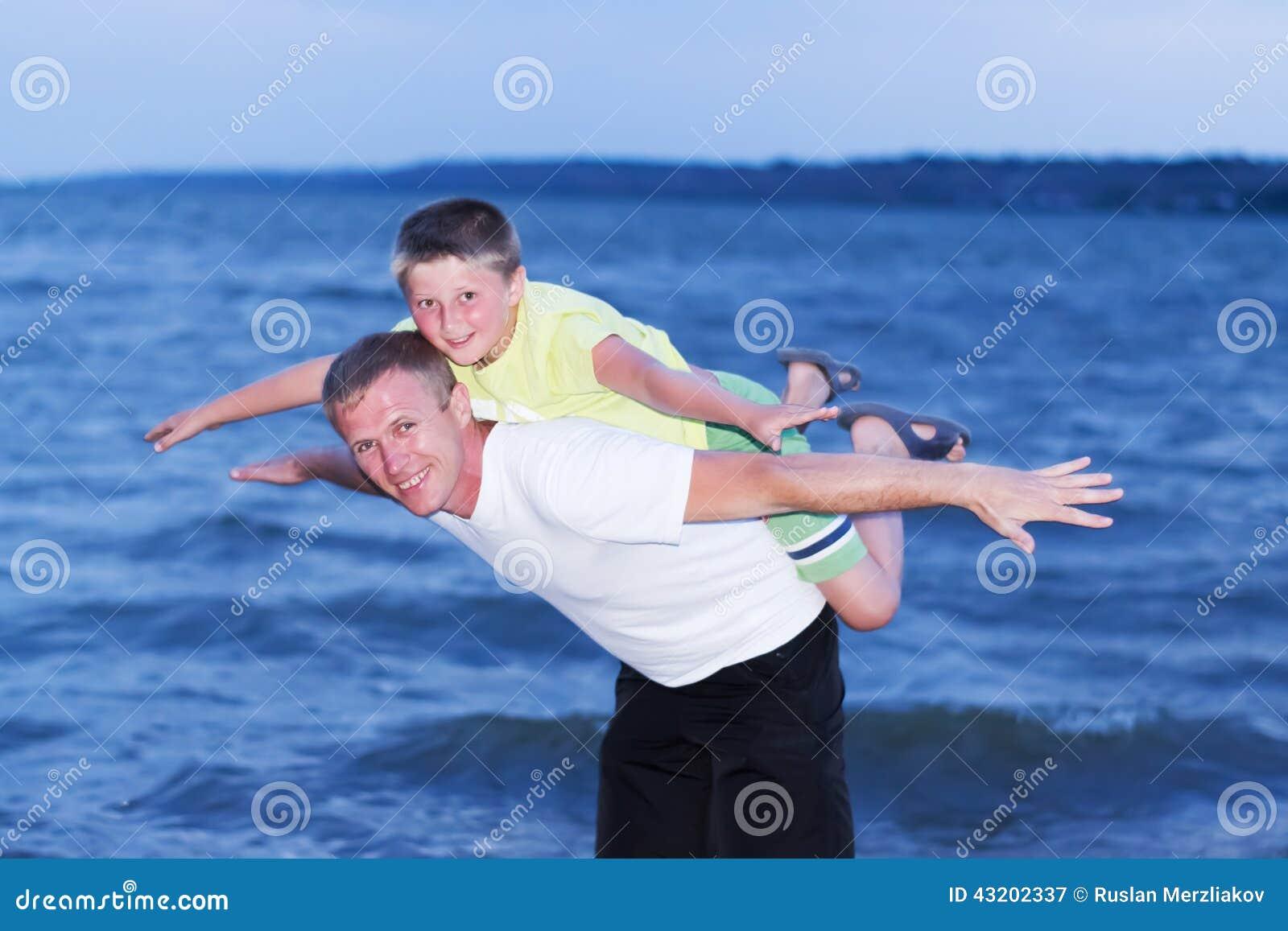 Download Familj på havet fotografering för bildbyråer. Bild av moder - 43202337