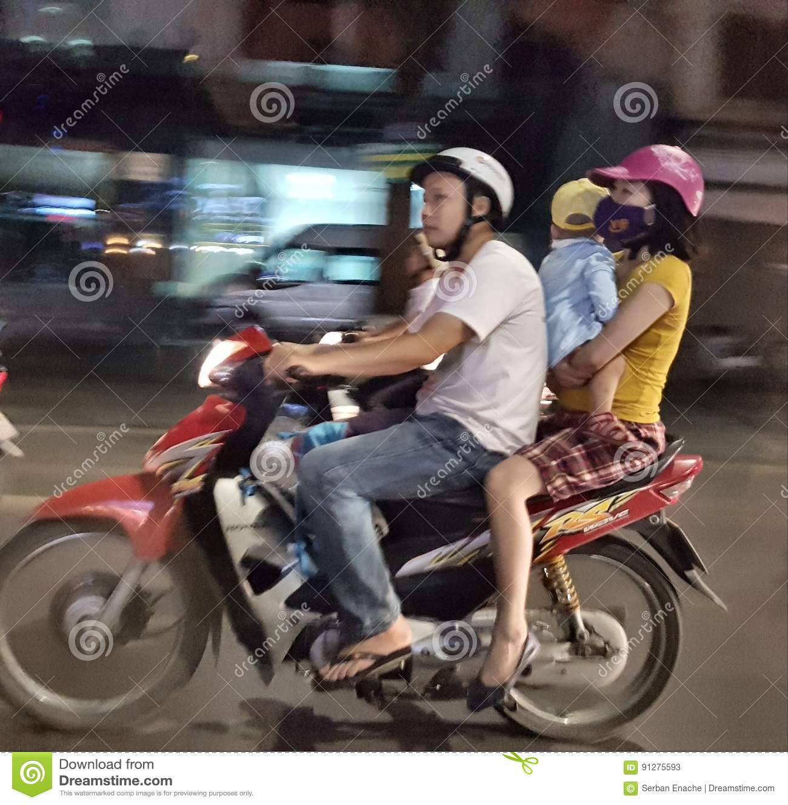 Familj på sparkcykeln i Hanoi