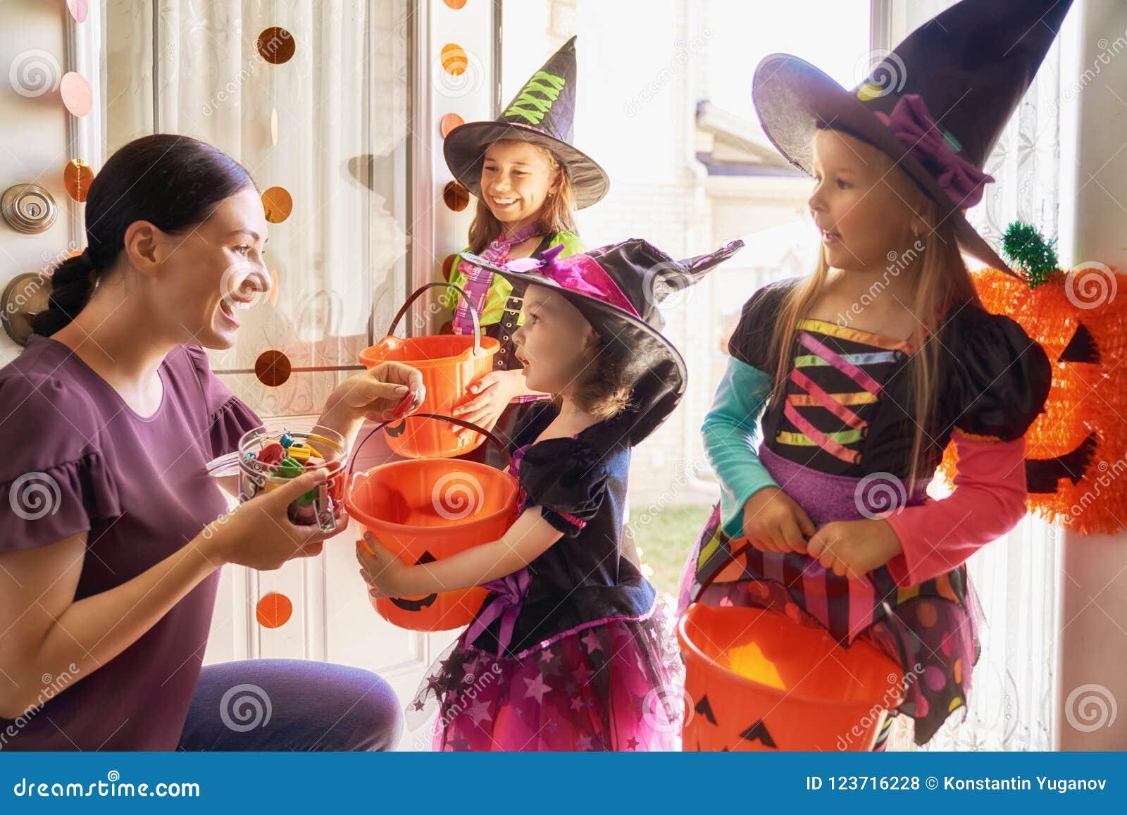Familj som firar allhelgonaafton