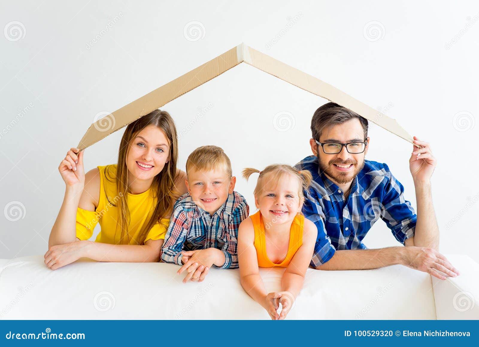 Familj som flyttar sig in i nytt hus