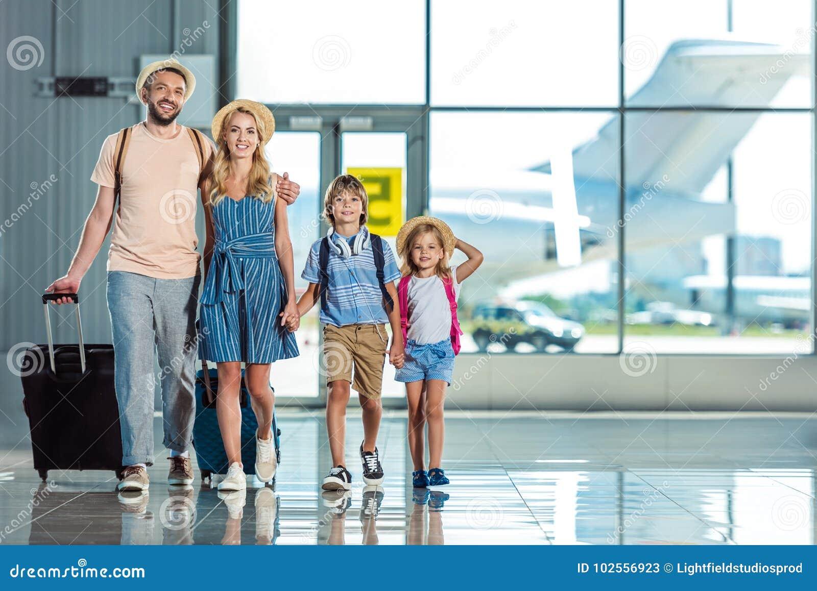 Familj som går i flygplats