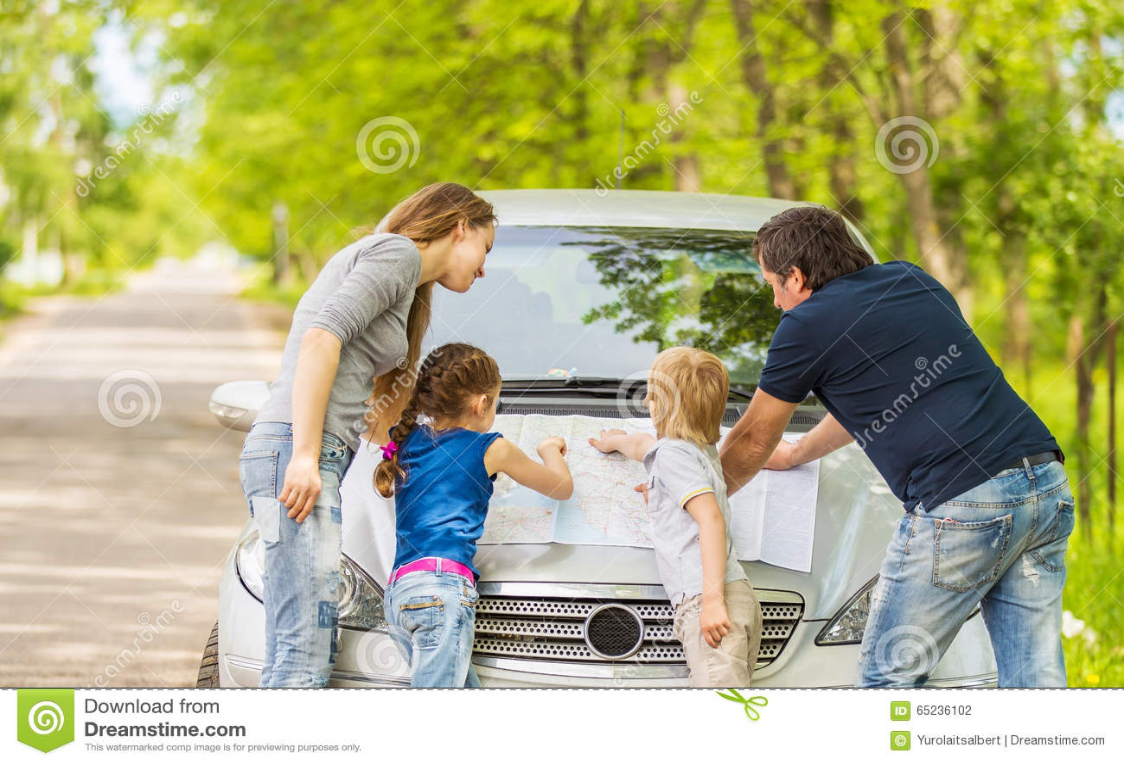 Familj som går på en tur med bilen
