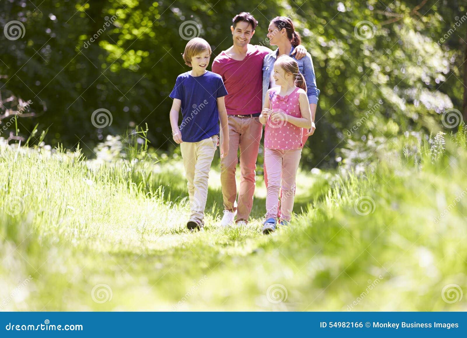 Familj som går till och med sommarbygd