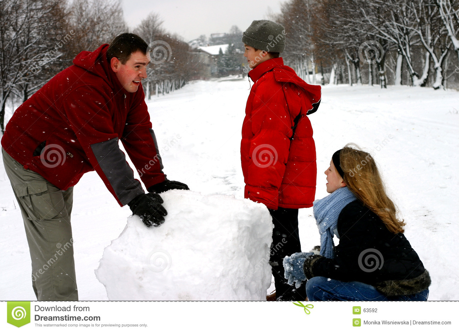 Familj som gör snowmanen