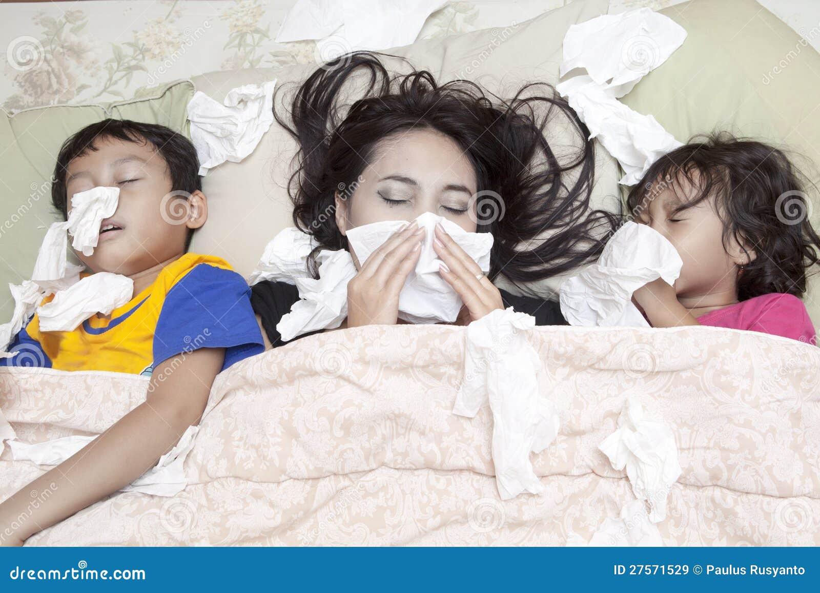 Familj som har influensa