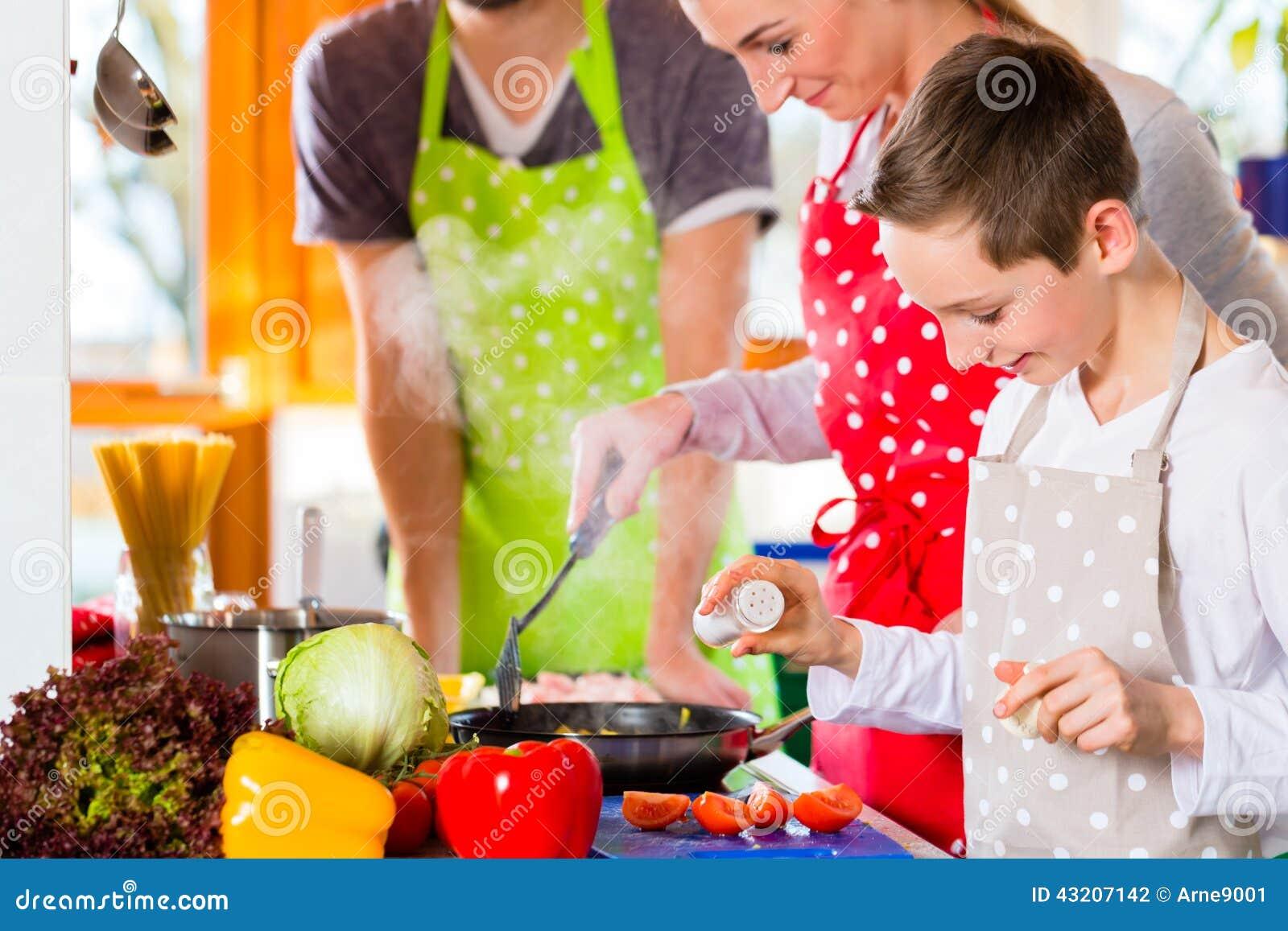 Download Familj Som Lagar Mat Sund Mat I Inhemskt Kök Arkivfoto - Bild av män, prepare: 43207142