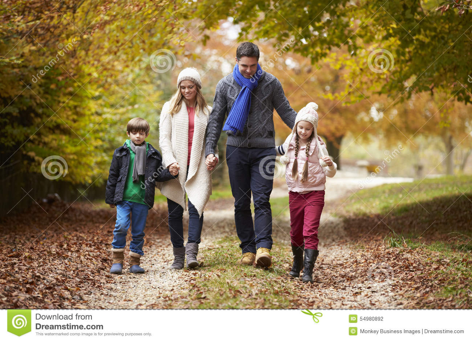 Familj som promenerar Autumn Path