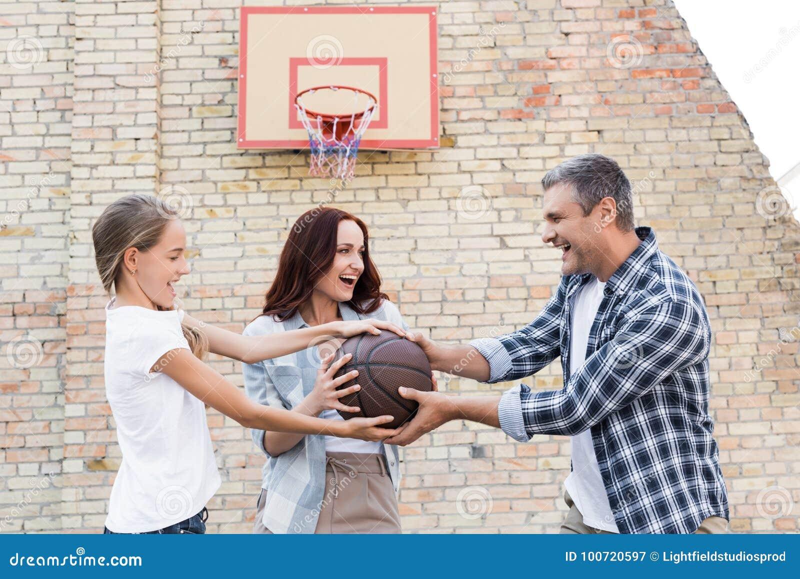 Familj som spelar basket