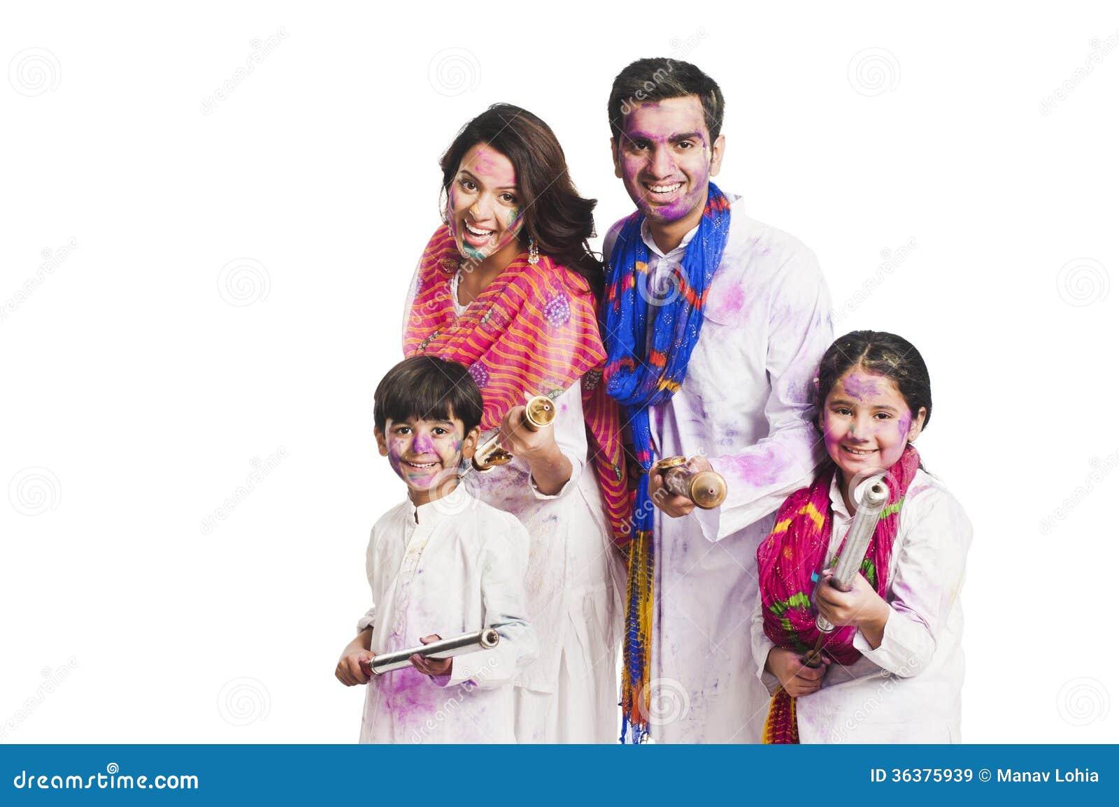 Familj som spelar holi