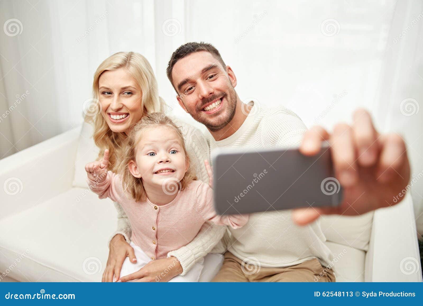 Familj som tar selfie med den hemmastadda smartphonen