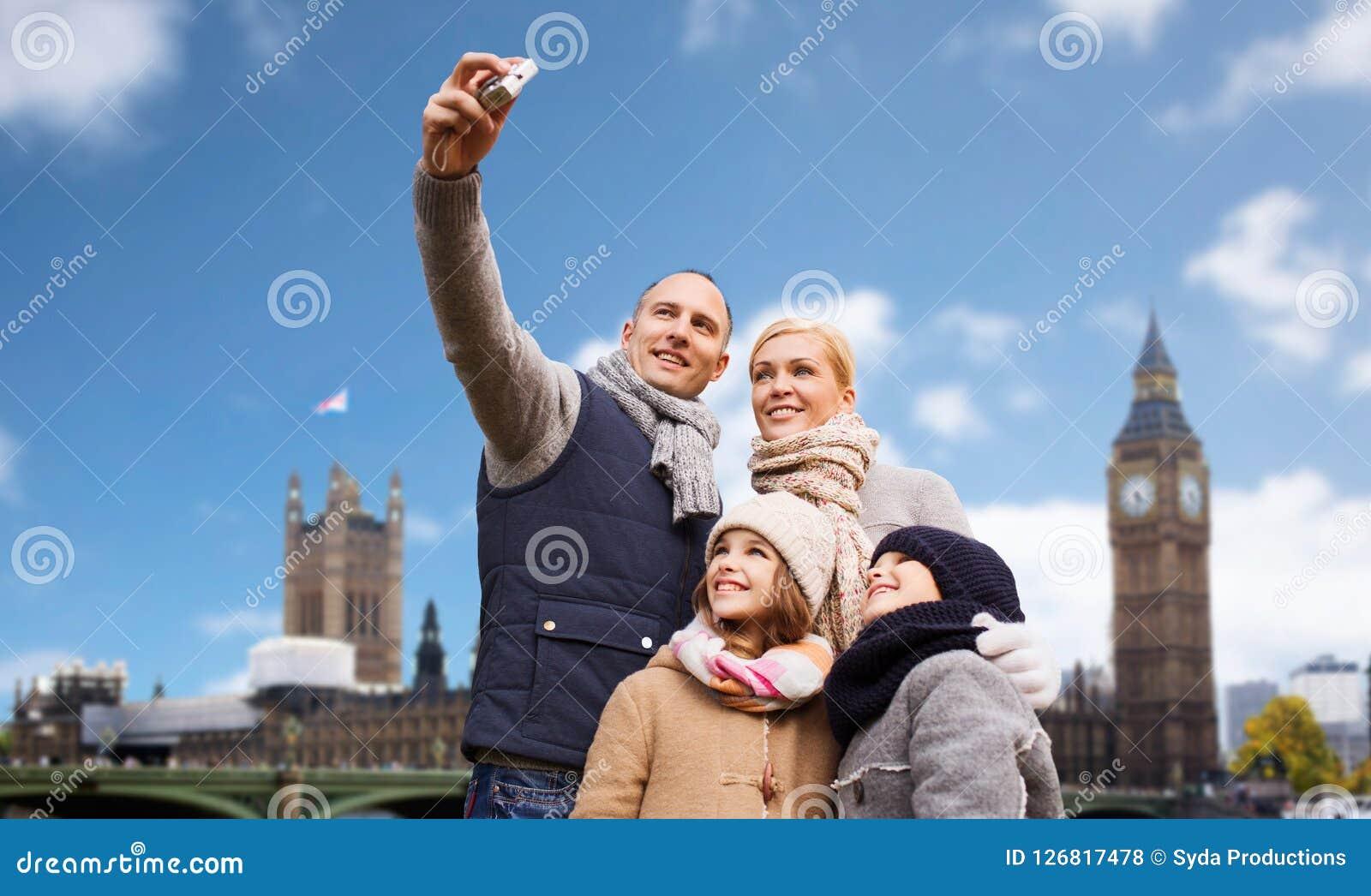 Familj som tar selfie vid kameran över den london staden