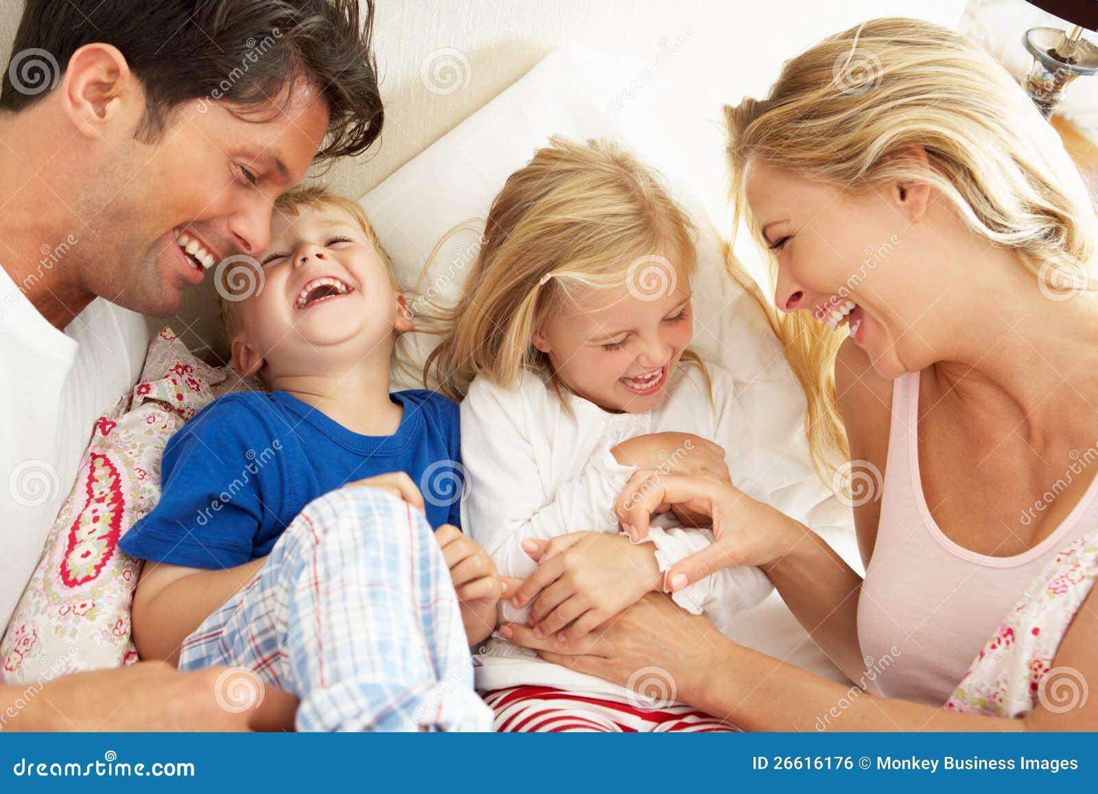 Familj som tillsammans kopplar av i underlag