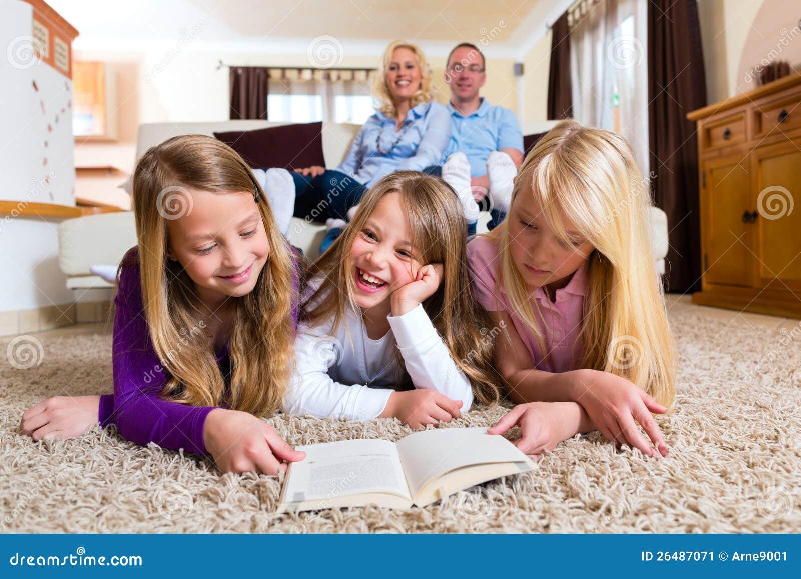 Familj som tillsammans läser en bok