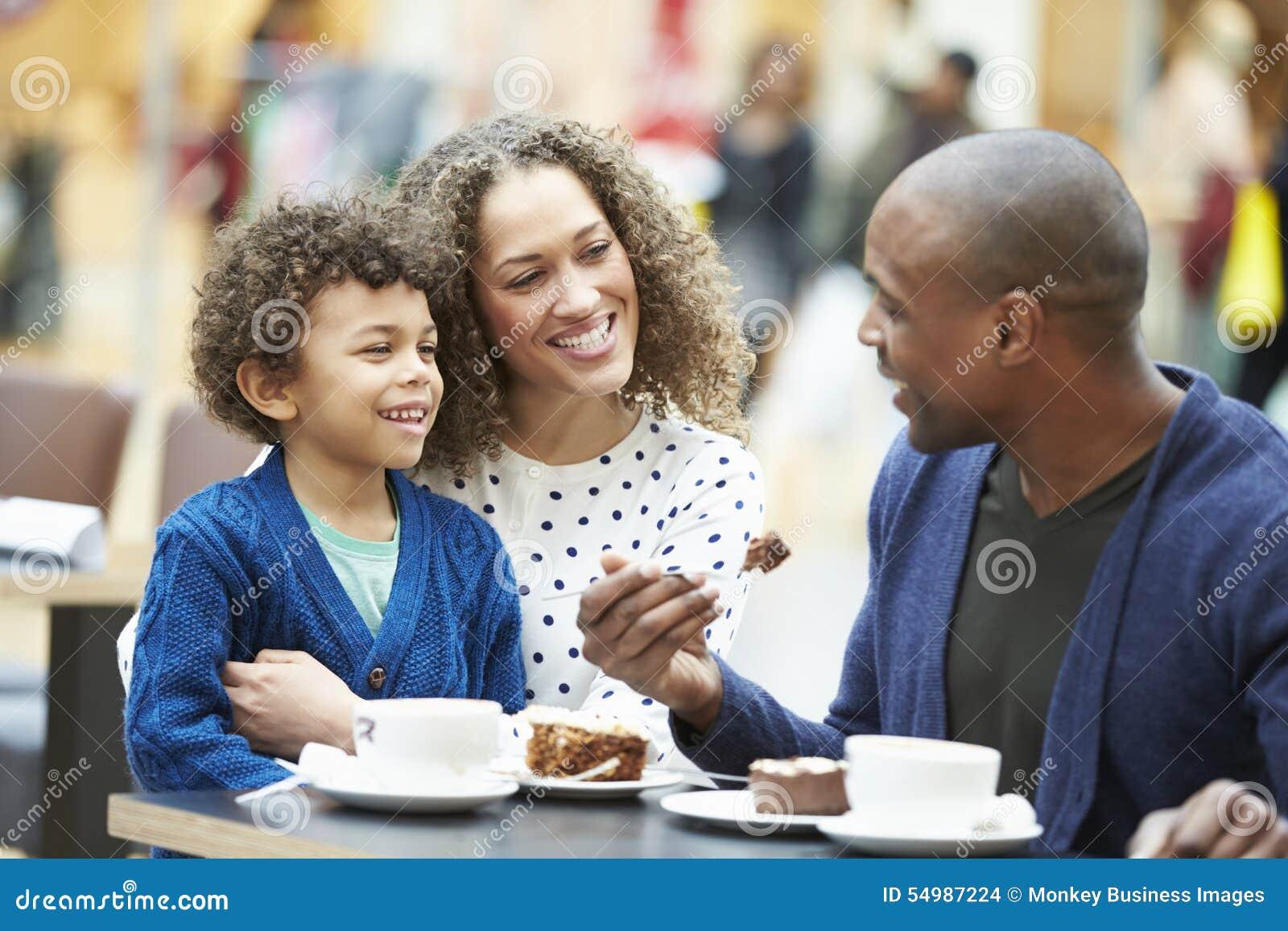 Familj som tillsammans tycker om mellanmålet i CafÅ ½