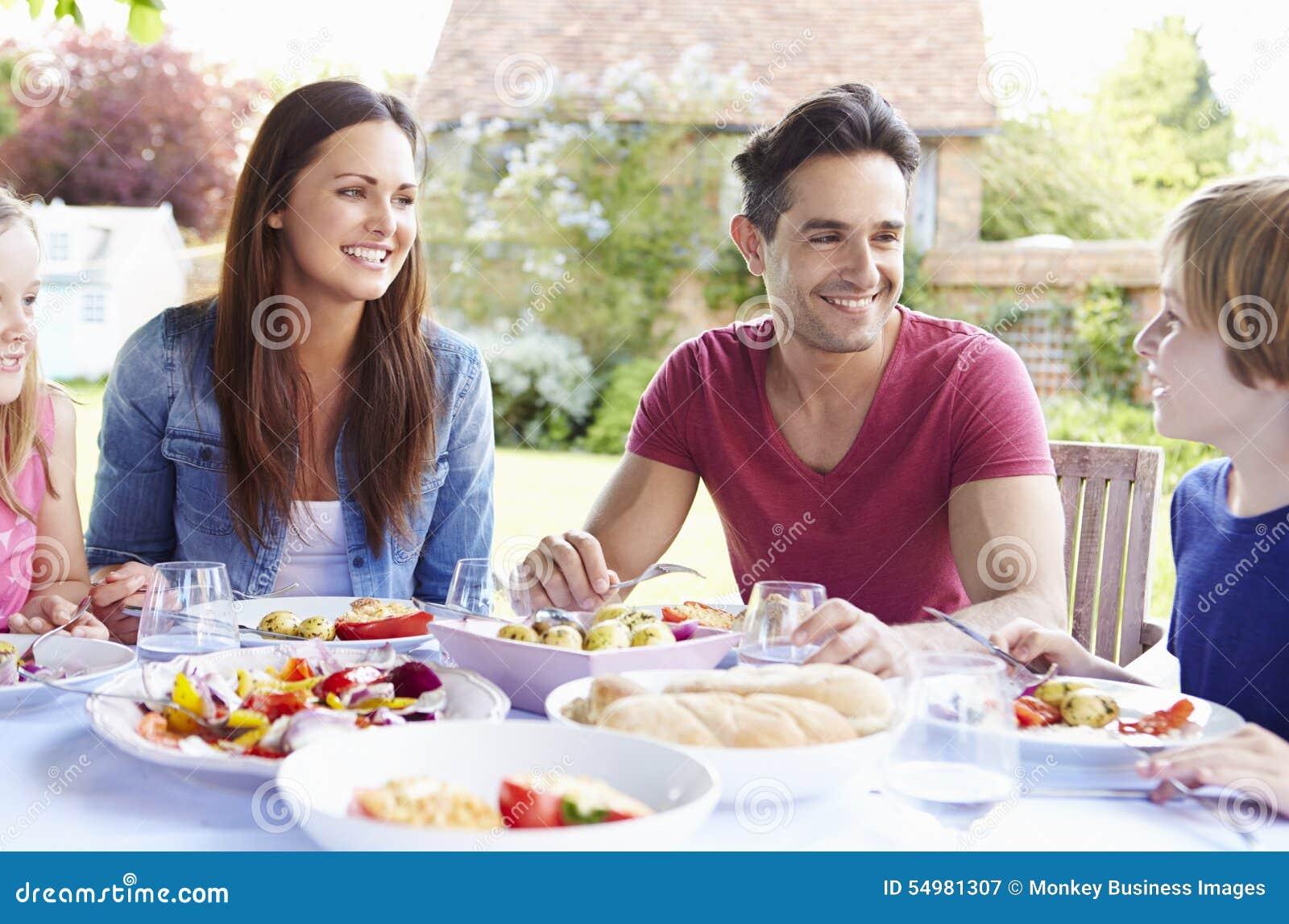 Familj som tillsammans tycker om utomhus- mål
