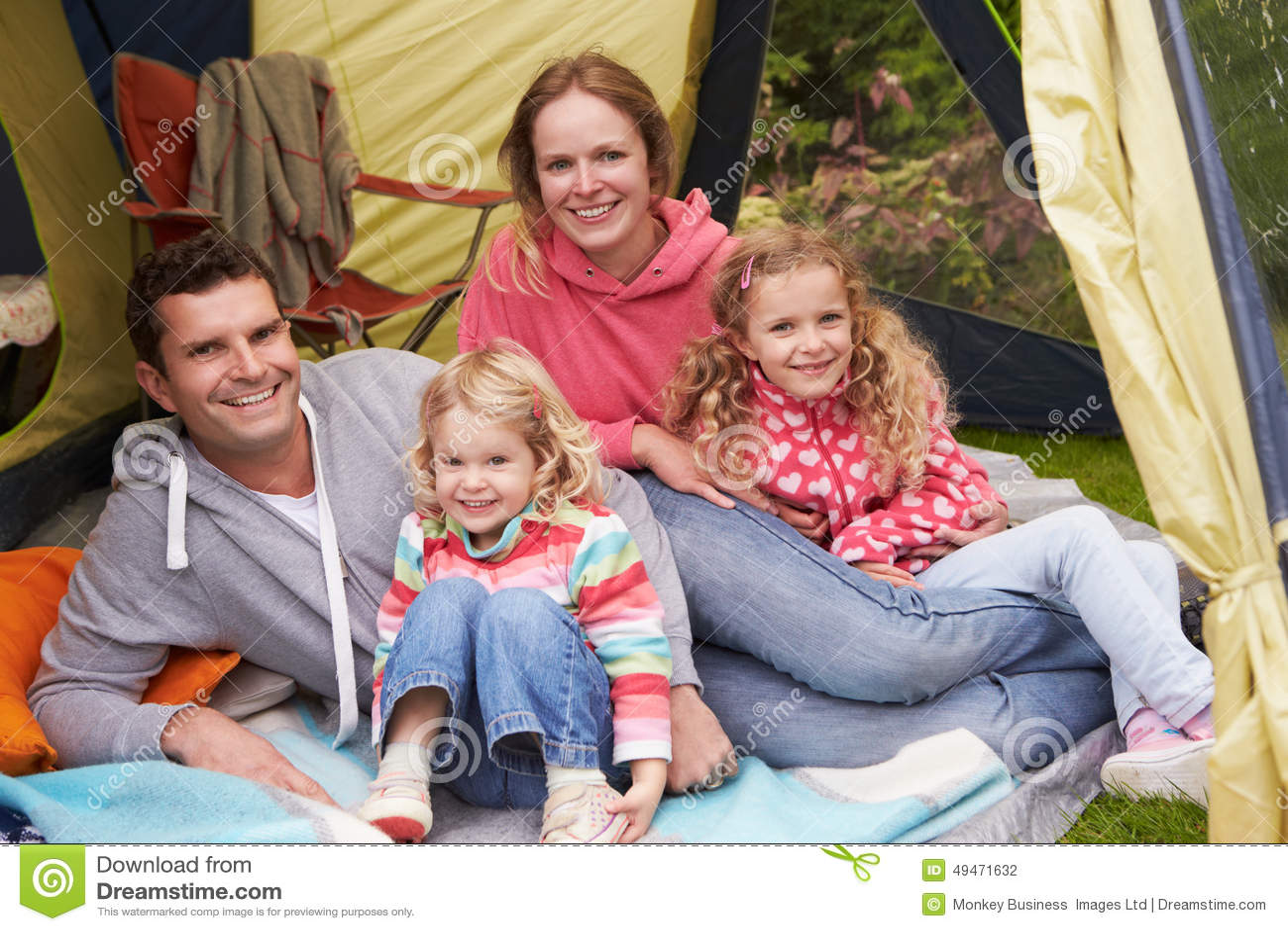 Familj som tycker om campa ferie på campingplats