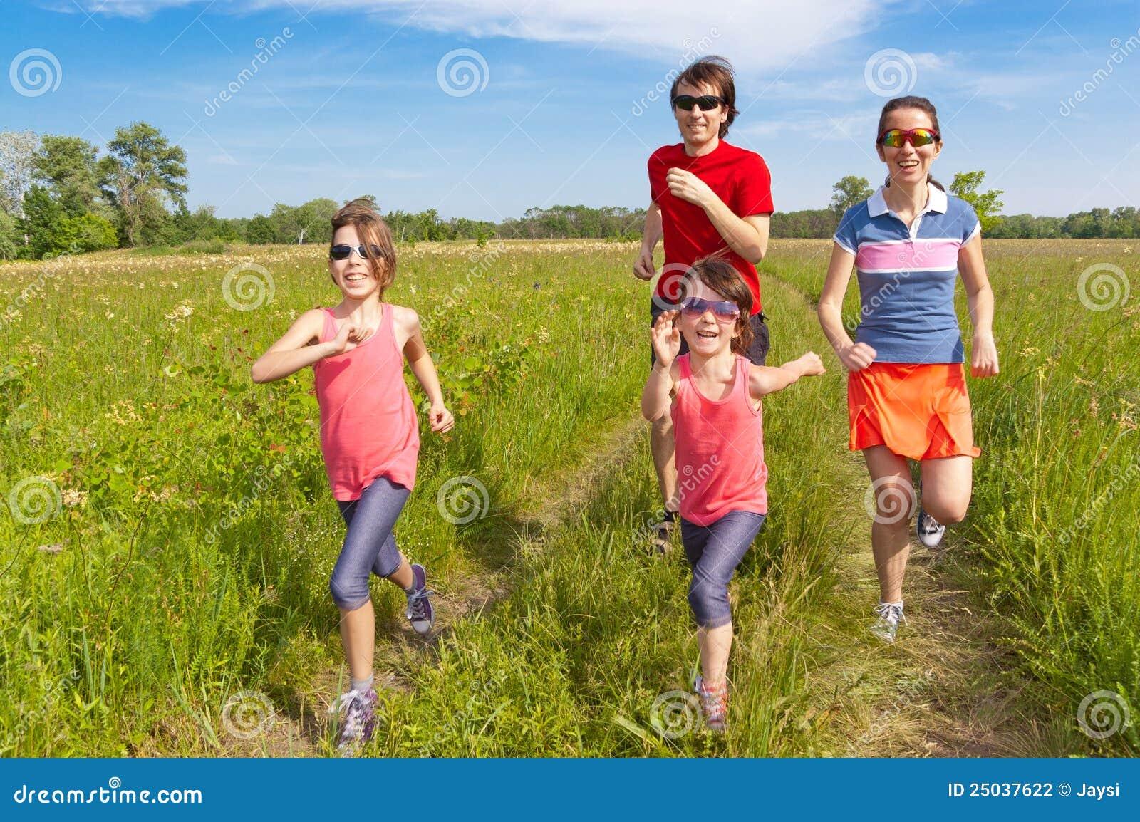 Familj som utomhus rustar sporten