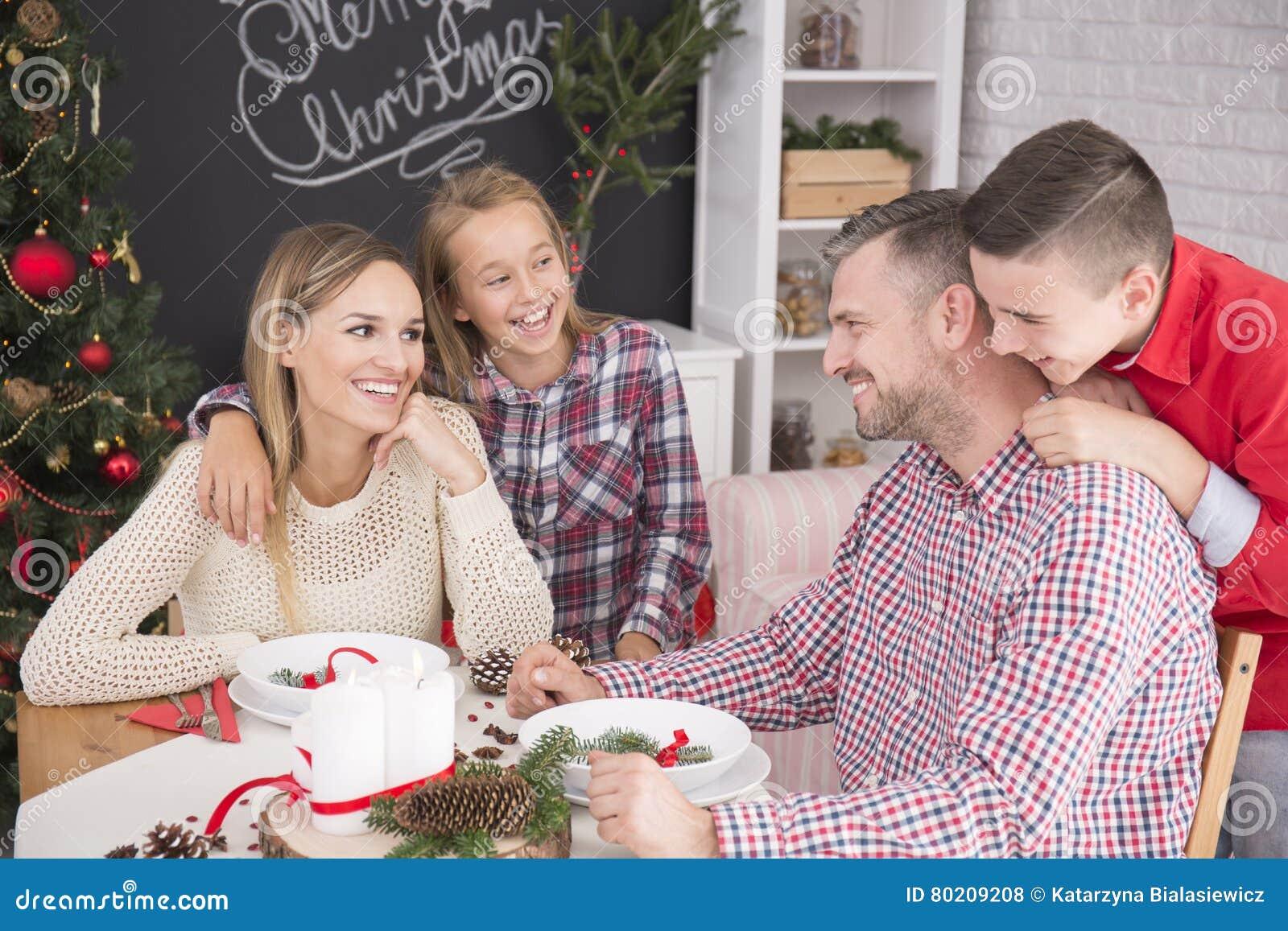 Familj under julmatställe