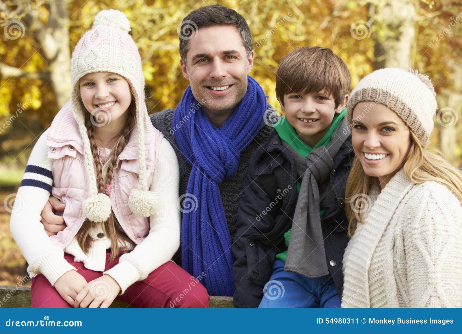 Familj vid trästaketet On Autumn Walk