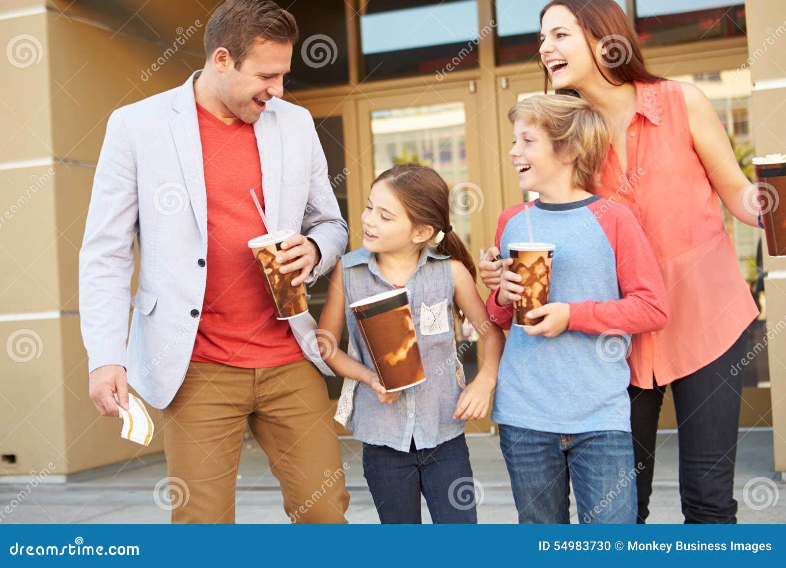 Familjanseende utanför bio tillsammans