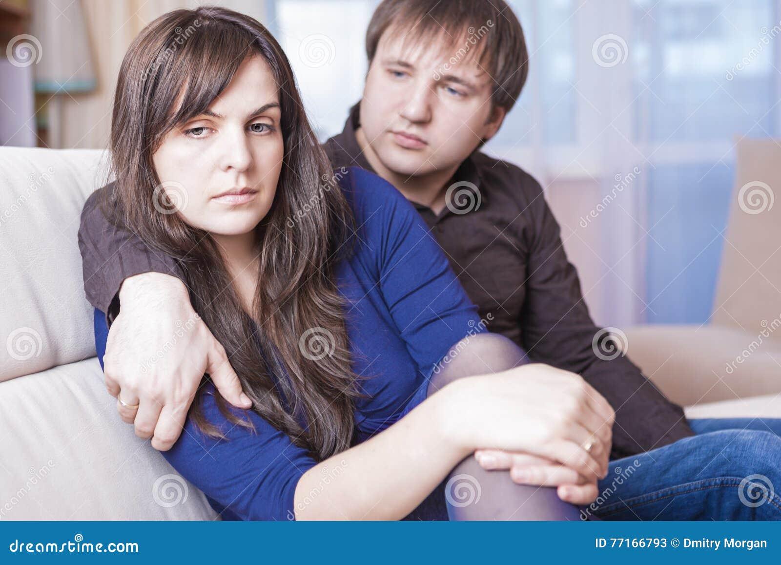 Familjbegrepp och idéer Ung Caucasian par i problem som har svårigheter och deprimerat