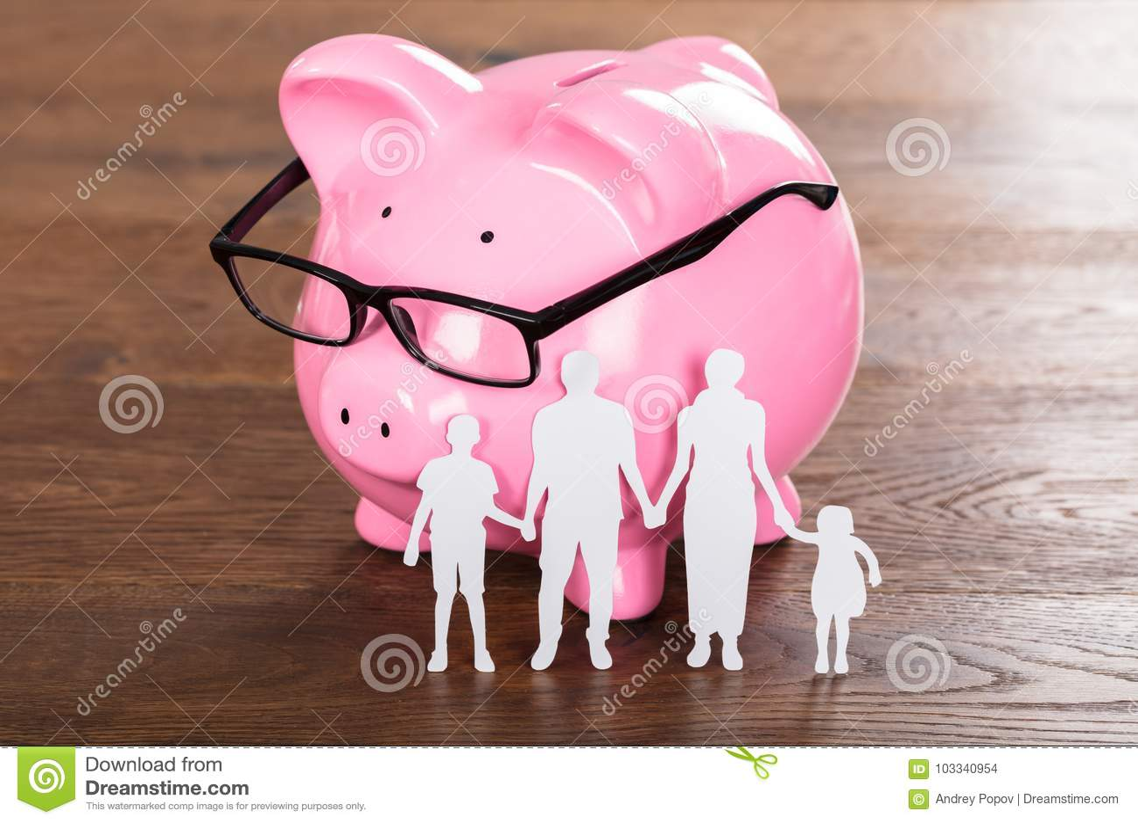 Familjbesparingbegrepp på träskrivbordet