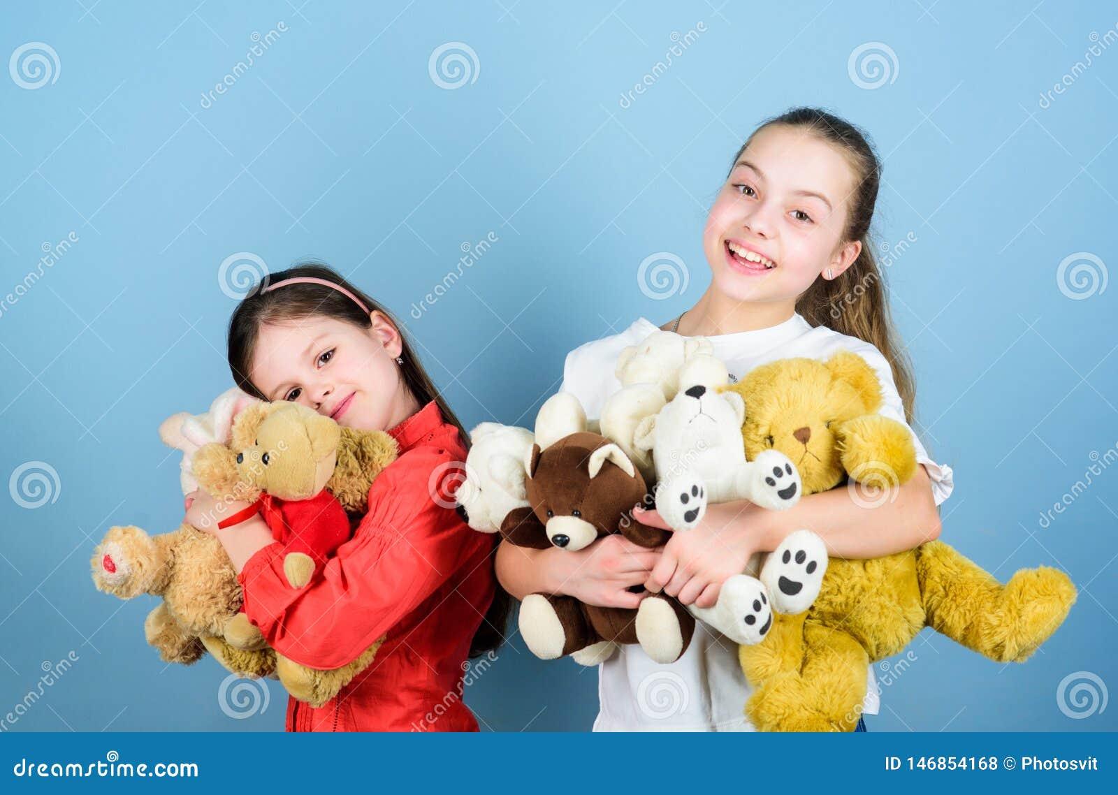 Familjbindning flickor f?r sm? systrar som spelar leken i lekrum Toy Shop Barns dag lekplats i dagis