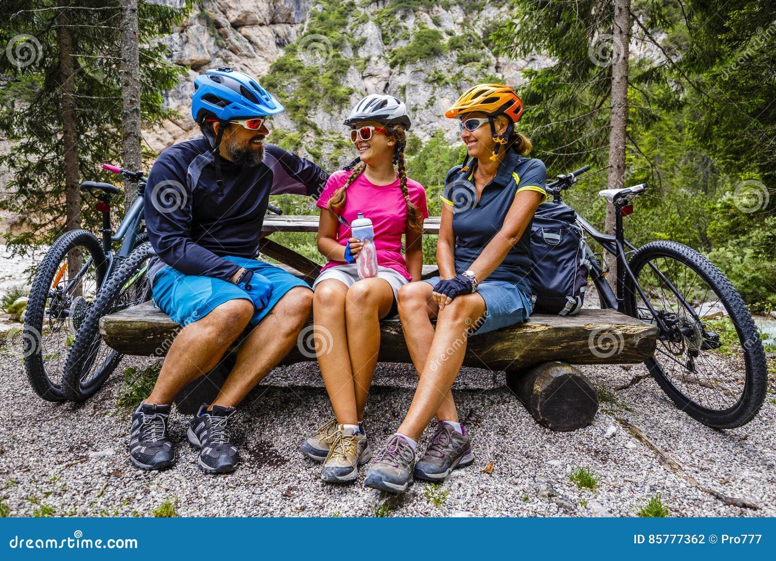 Familjcykelritter i bergen