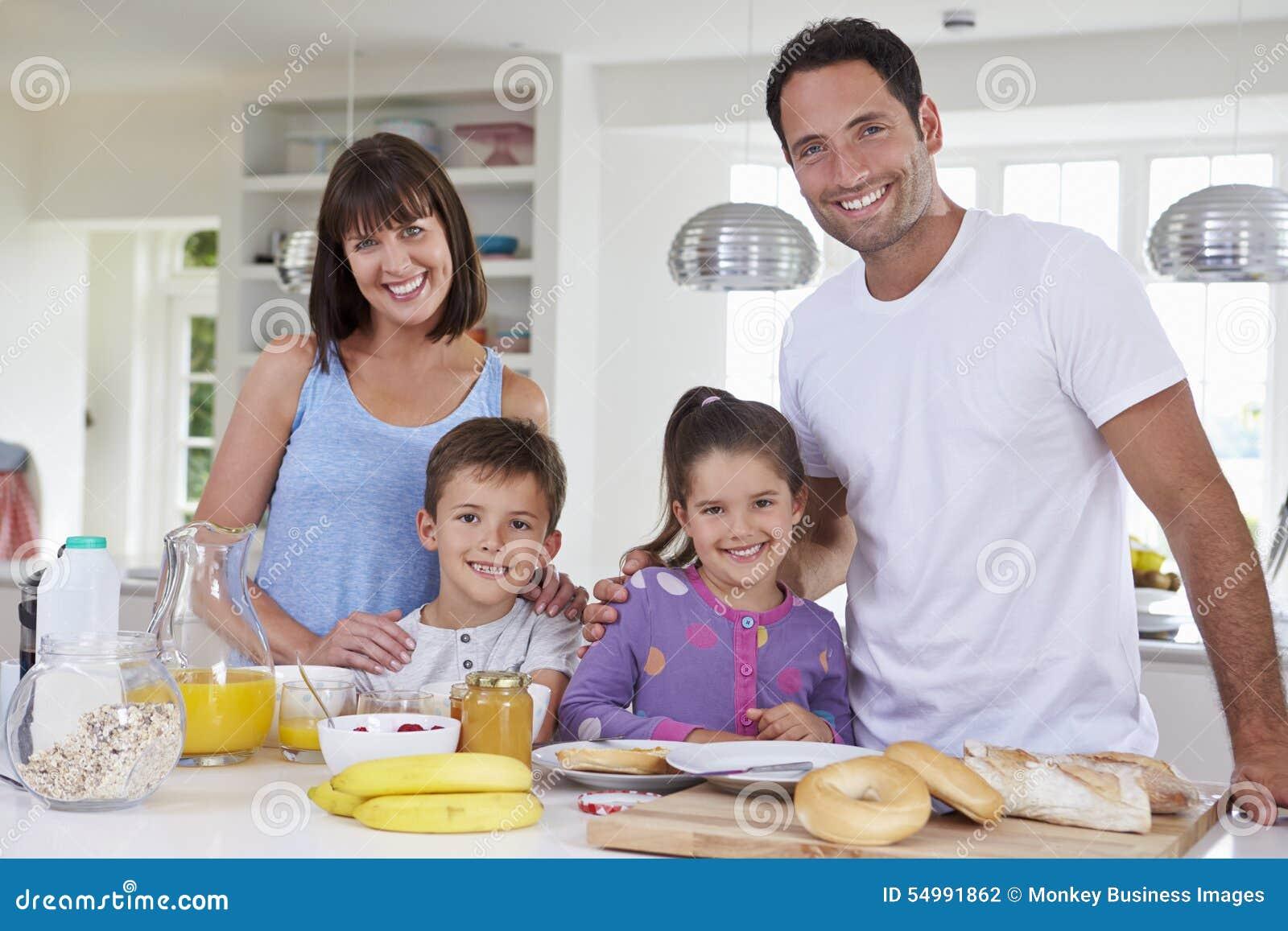 Familjdanandefrukost i kök tillsammans