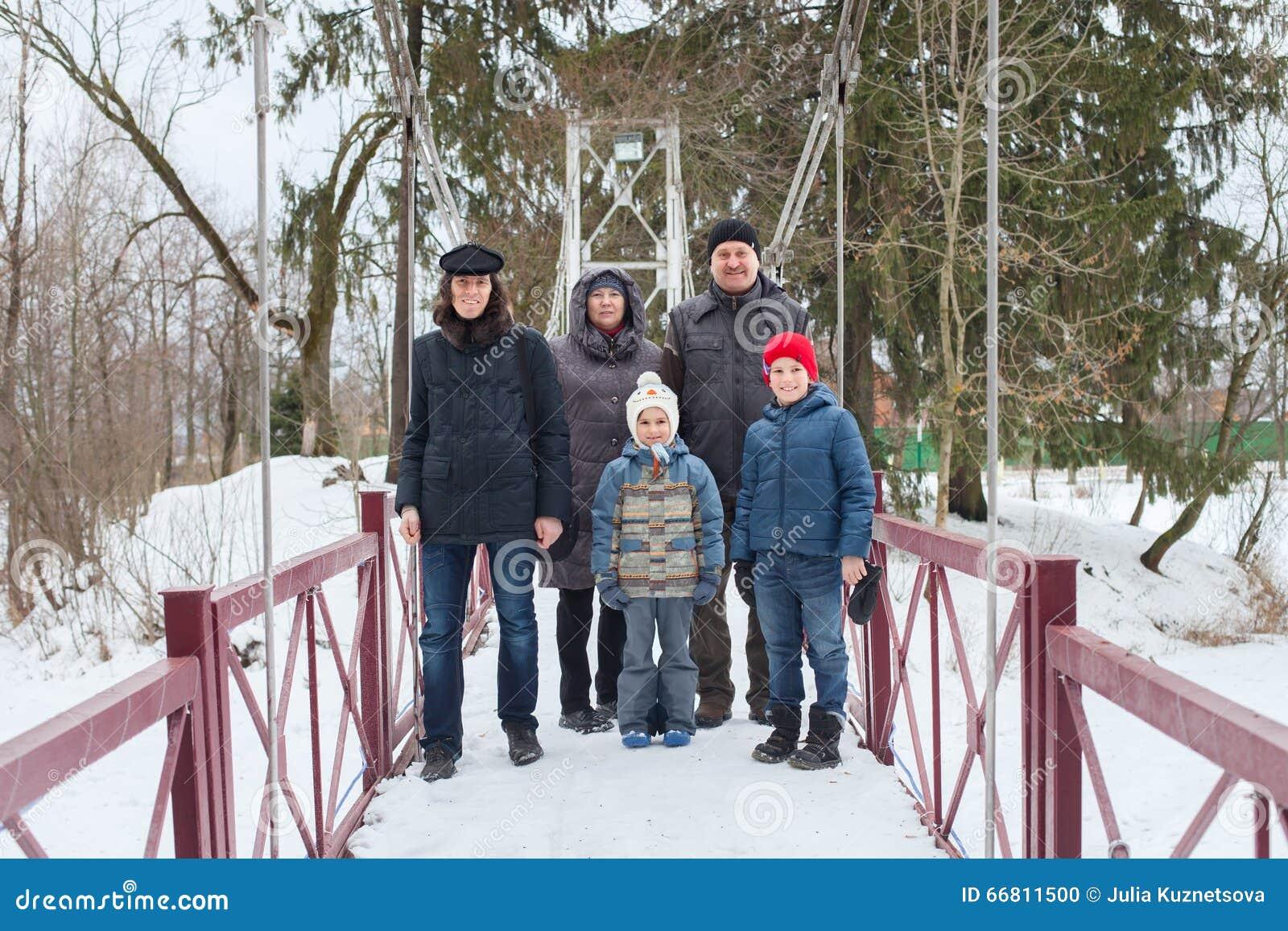 Familjen går i vinter parkerar