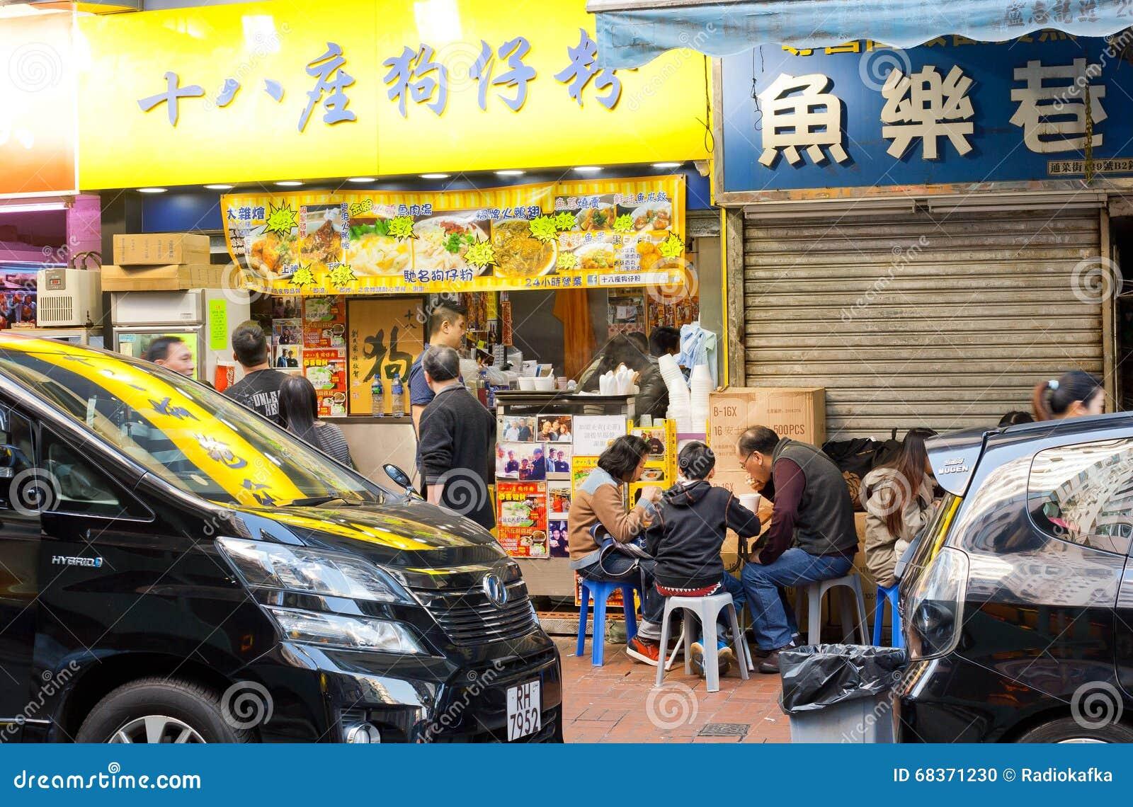 Familjen Har Matställen I Liten Kinesisk Snabbmatsrestaurang Med Den