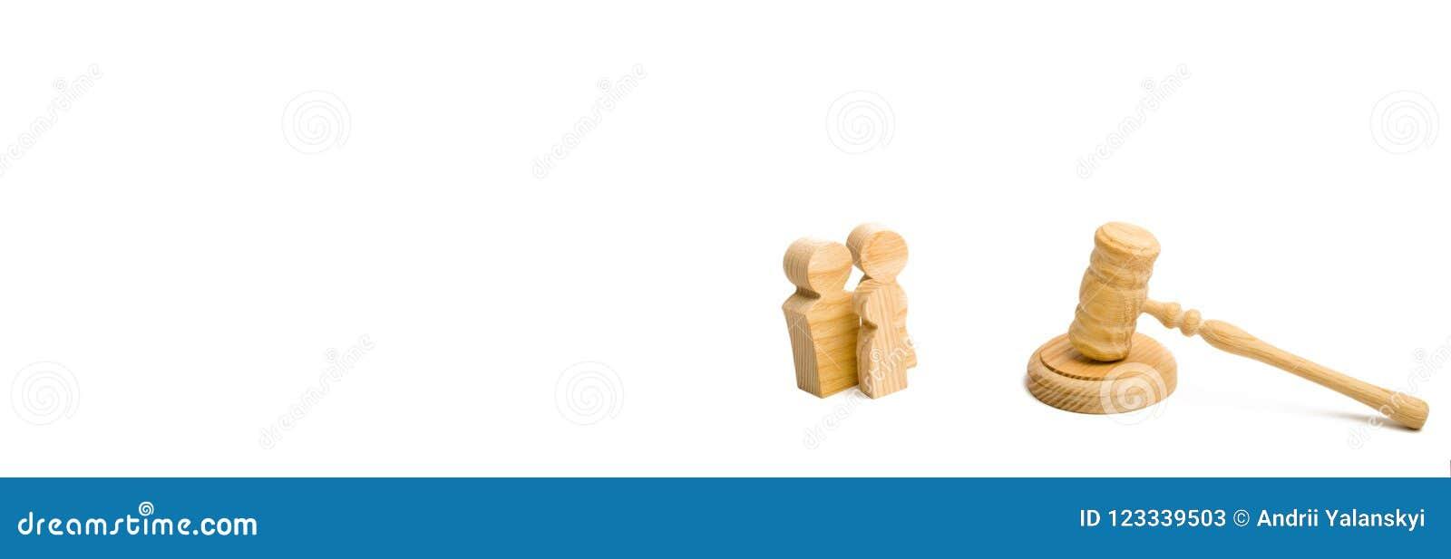 Familjen med barnet och hammaren bedömer på vit bakgrund Begreppet av prosessen och paracticsen i affärsangelägenheter Sociala rä